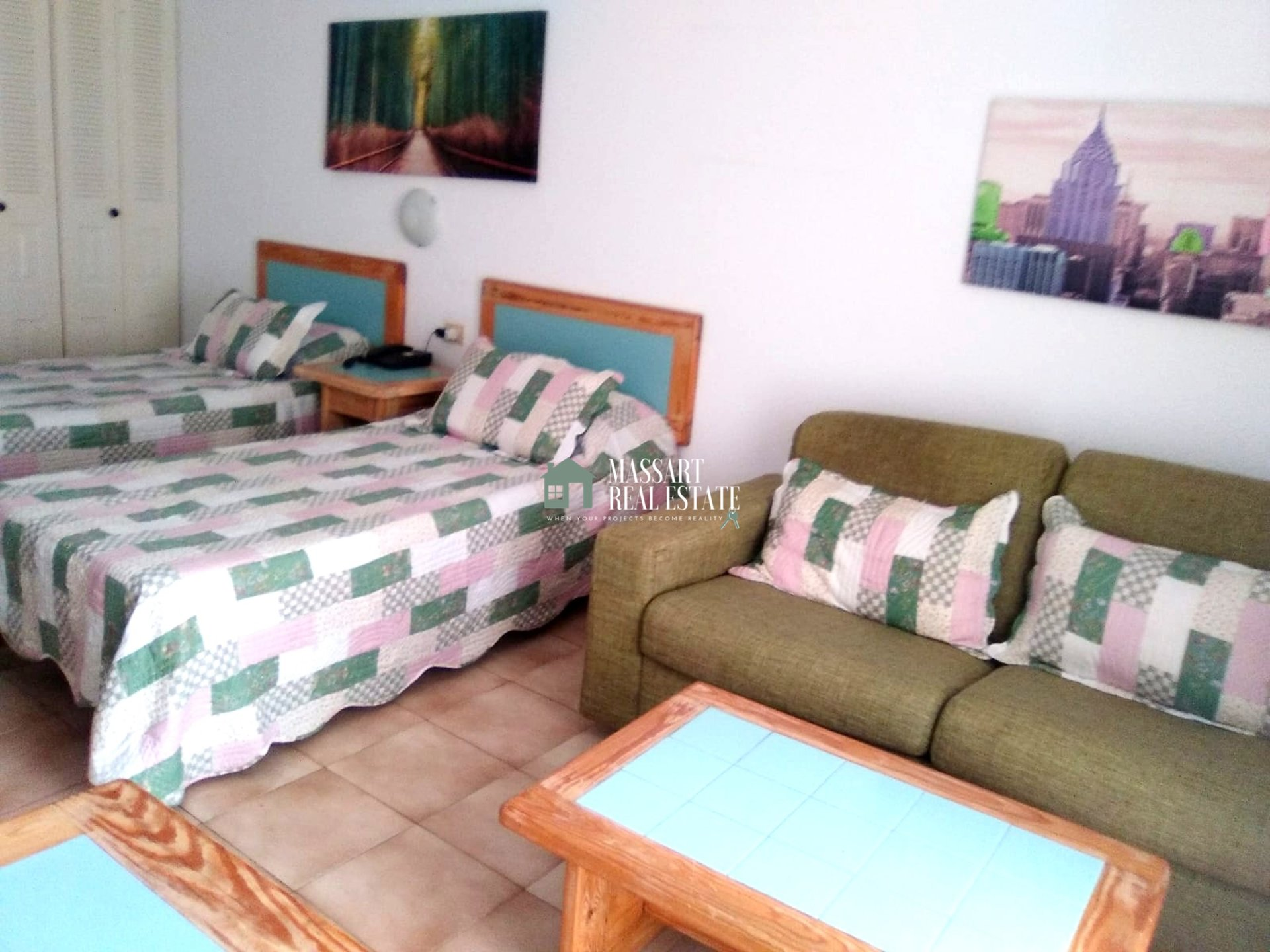 "For sale in one of the most popular areas of Tenerife South, Los Cristianos, 40 m2 studio in the residential complex ""Castle Harbour"" ."