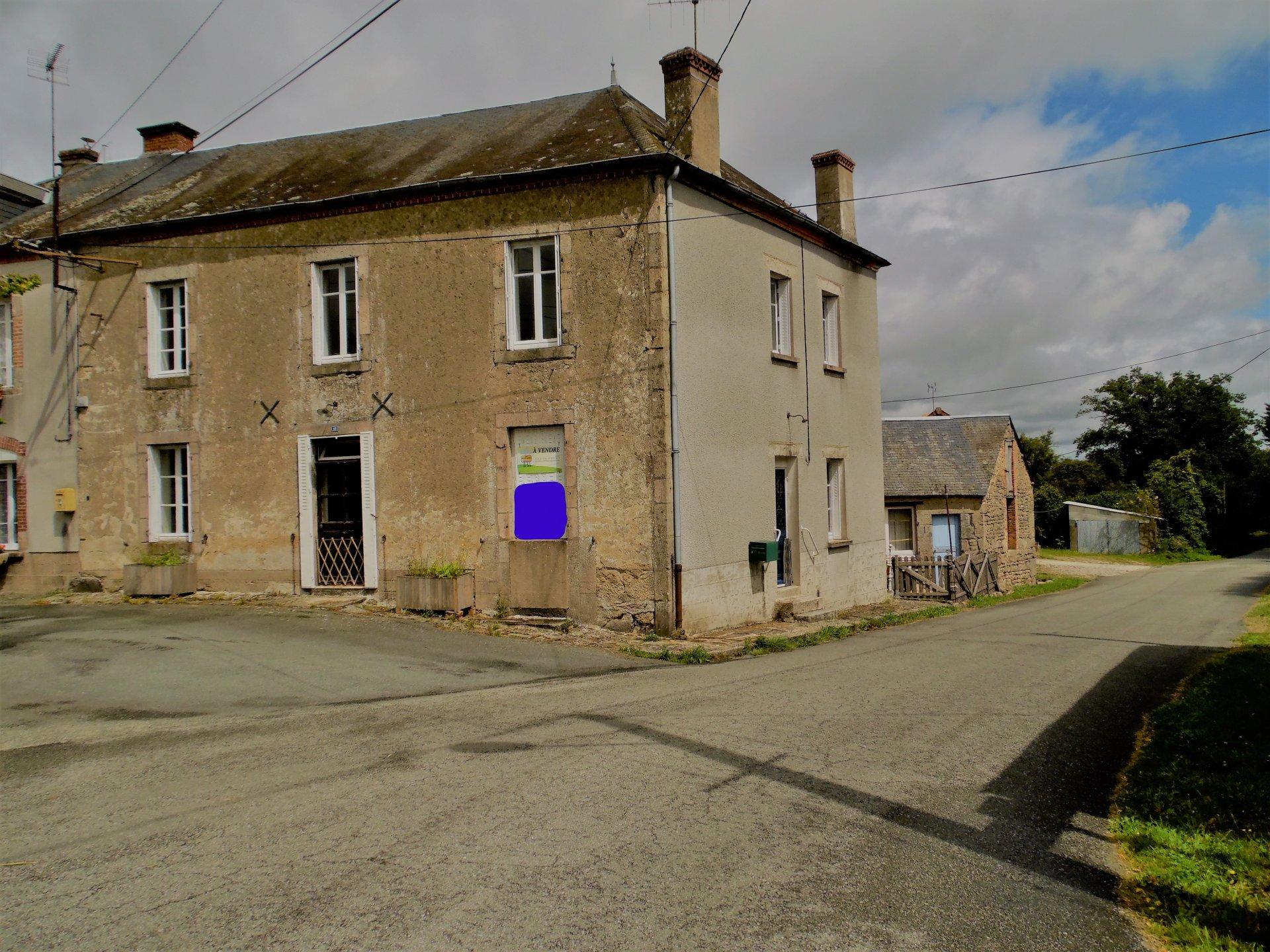 Te koop in de Creuse een huis met cour, bijgebouwen en tuin