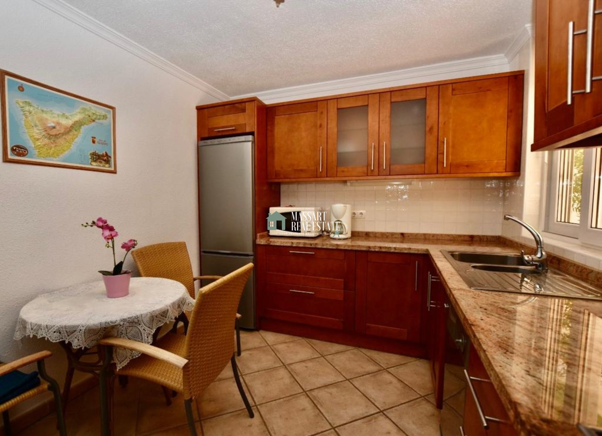 Casa a schiera con un grande potenziale in vendita in uno dei migliori complessi residenziali di Los Cristianos, caratterizzato da un'alta attrezzatura con mobili di qualità.