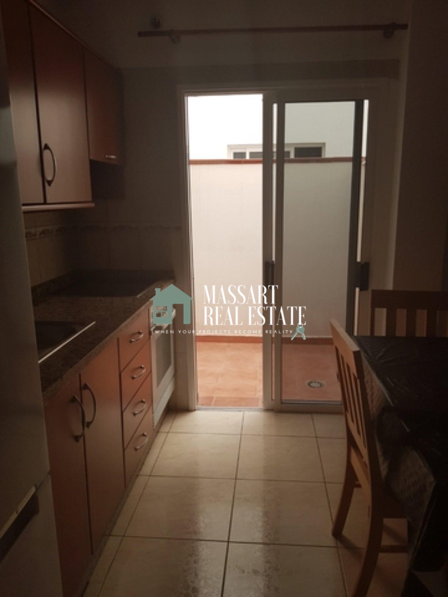 Te huur in een centrale wijk van San Isidro, 60 m2 gemeubileerd appartement gelegen op de begane grond van een zeer rustig gebouw.