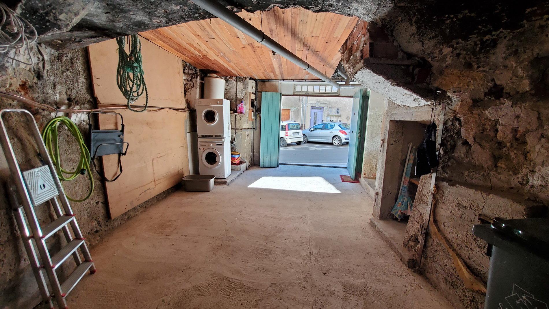 Charmigt byhus med garage och en härlig terrass.