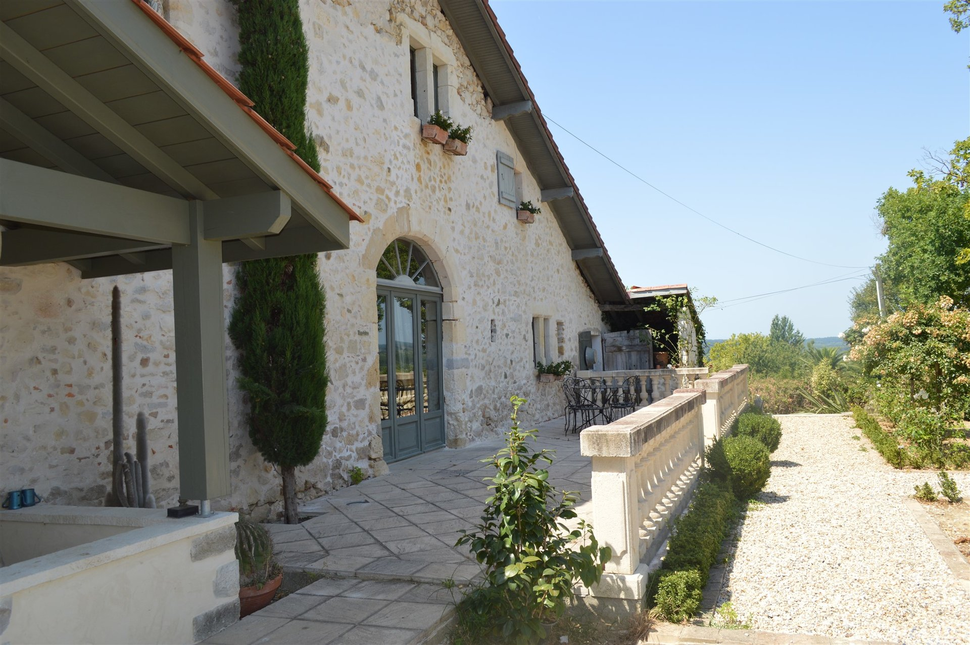 17th C Renovated Farmhouse with 2 Guesthouses and 4000m2 Garden, 20 Minutes from Bayonne