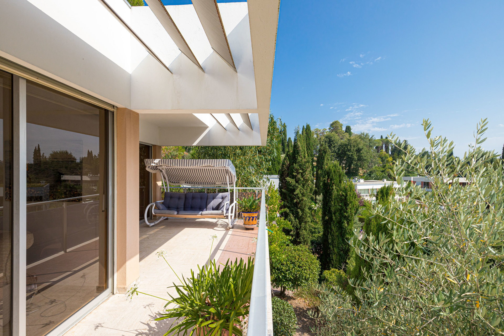 Biot - Californian style villa in guarded residence with pool and tennis.in