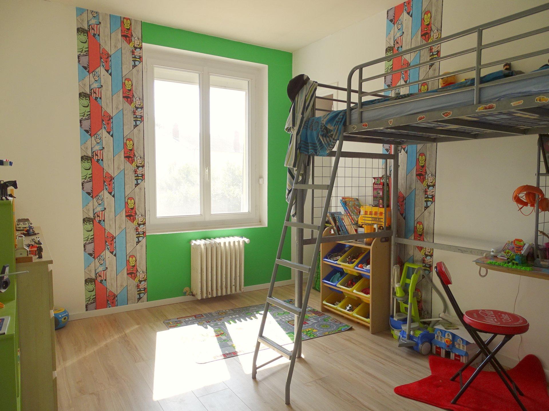 A pied du centre de Flacé, à Mâcon, dans un très bon environnement au calme, grande maison rénovée sur un beau terrain de 1300 m².  En rez-de-chaussée, elle se compose d'une entrée desservant un salon TV, une salle de jeux, une grande salle de douche et un bel espace cuisine - salle à manger ouvert sur l'extérieur.  A l'étage, elle dispose de 5 belles chambres ainsi que d'une salle d'eau et d'un WC.  Cette grande maison familiale est implantée sur un beau terrain plat et constructible de 1300 m².  Rénovée en 2018, elle dispose de beaucoup d'atouts dont ses volumes et son environnement ! A visiter sans tarder ! Honoraires à la charge du vendeur.
