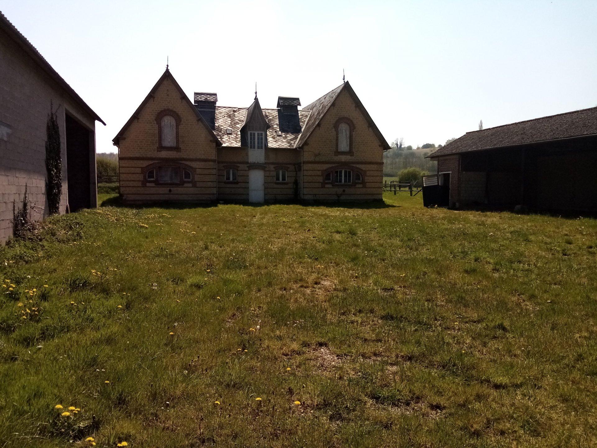 PAYS D'AUGE - CALVADOS Un Manoir avec 2ha5 de prairie, des bâtiments avec des boxes.
