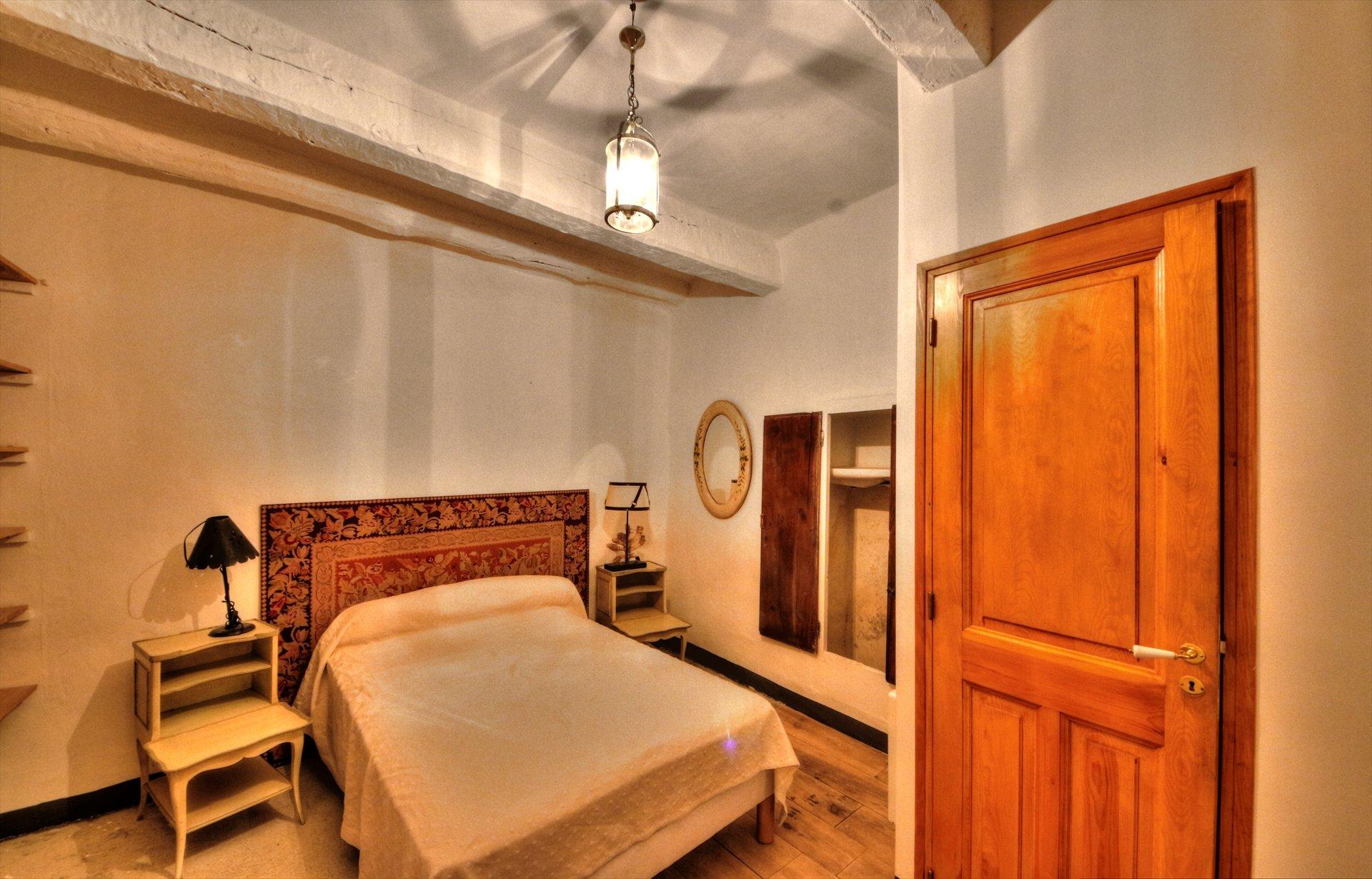 Tourtour, superbe maison avec appartement et commerce