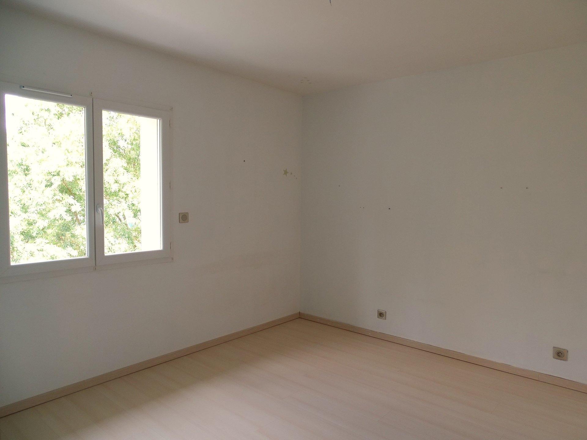 SOUS COMPROMIS. Replonges - 5 mn de Mâcon, superbe villa de 2009 disposant de belles prestations !  En rez de chaussée, elle se compose d'une grande entrée desservant un beau salon avec poêle à bois, une grande cuisine entièrement équipée, une chambre et une salle de douche. A l'étage, elle dispose de trois belles chambres et d'une salle de bains.  Double garage et espace buanderie attenants à la maison.  Exposée plein sud, la maison s'ouvre sur un beau terrain clôt de 900 m².  En parfait état, elle profite de tous les avantages du récent: chauffage économique par pompe à chaleur, poêle à bois, adoucisseur, portail et porte de garage motorisés ?  Maison coup de coeur !  Honoraires à charge vendeurs.