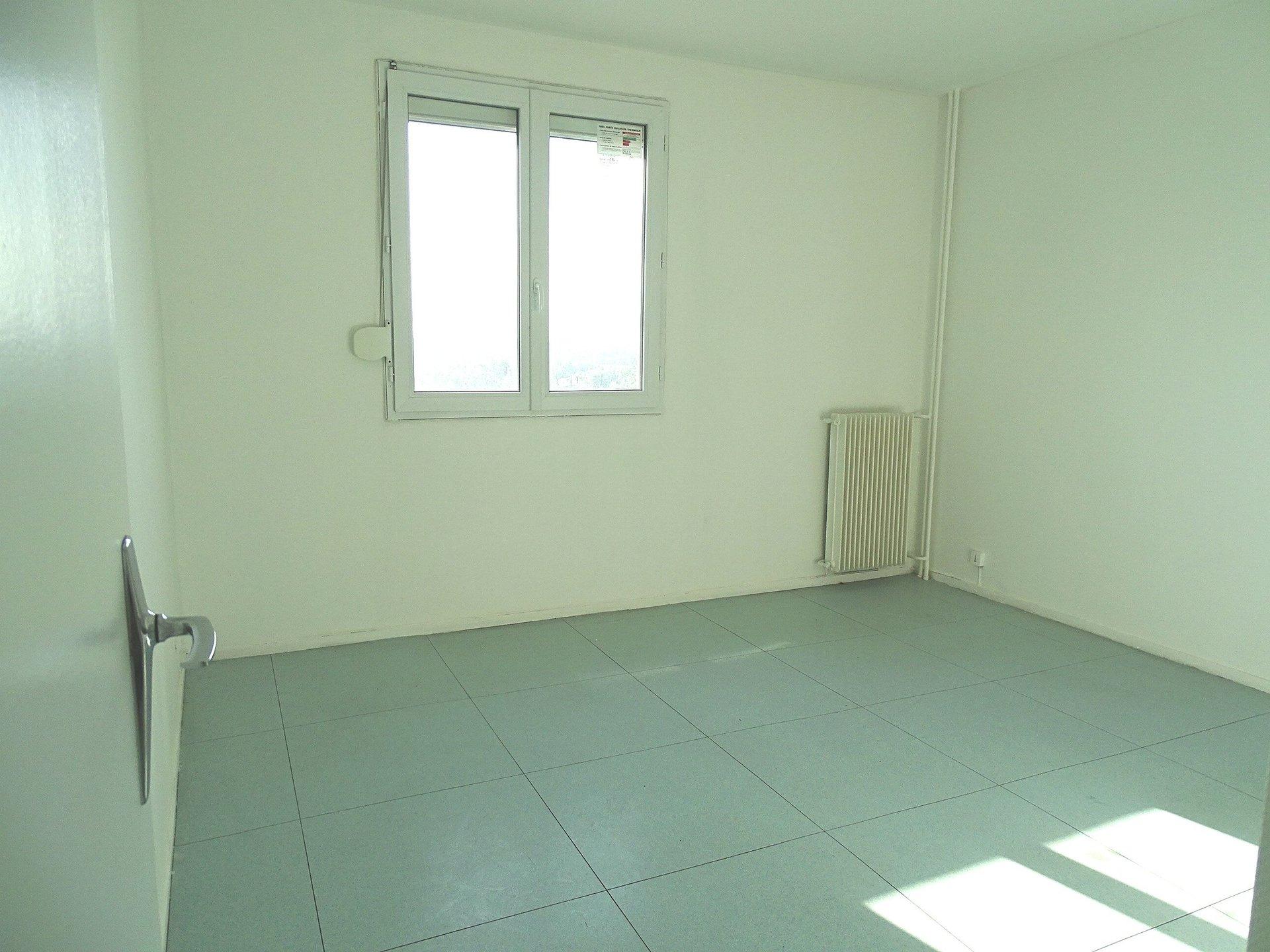 Mâcon, au pied des commerces, découvrez cet appartement avec une magnifique vue Saône d'une surface de 63 m² environ. Il se compose d'un vaste dégagement qui s'ouvre sur une belle pièce de vie (possibilité de fermer le salon pour une seconde chambre), d'une cuisine séparée avec placard, d'une chambre, d'une salle de bains et d'un toilette. Appartement très lumineux offrant un beau potentiel, ascenseur et cave.  Bien soumis au régime de la copropriété, nombre de lots 136, montant des charges 150 euros par mois comprenant le chauffage, l'entretien des parties communes, l'ascenseur... Honoraires à la charge du vendeur.