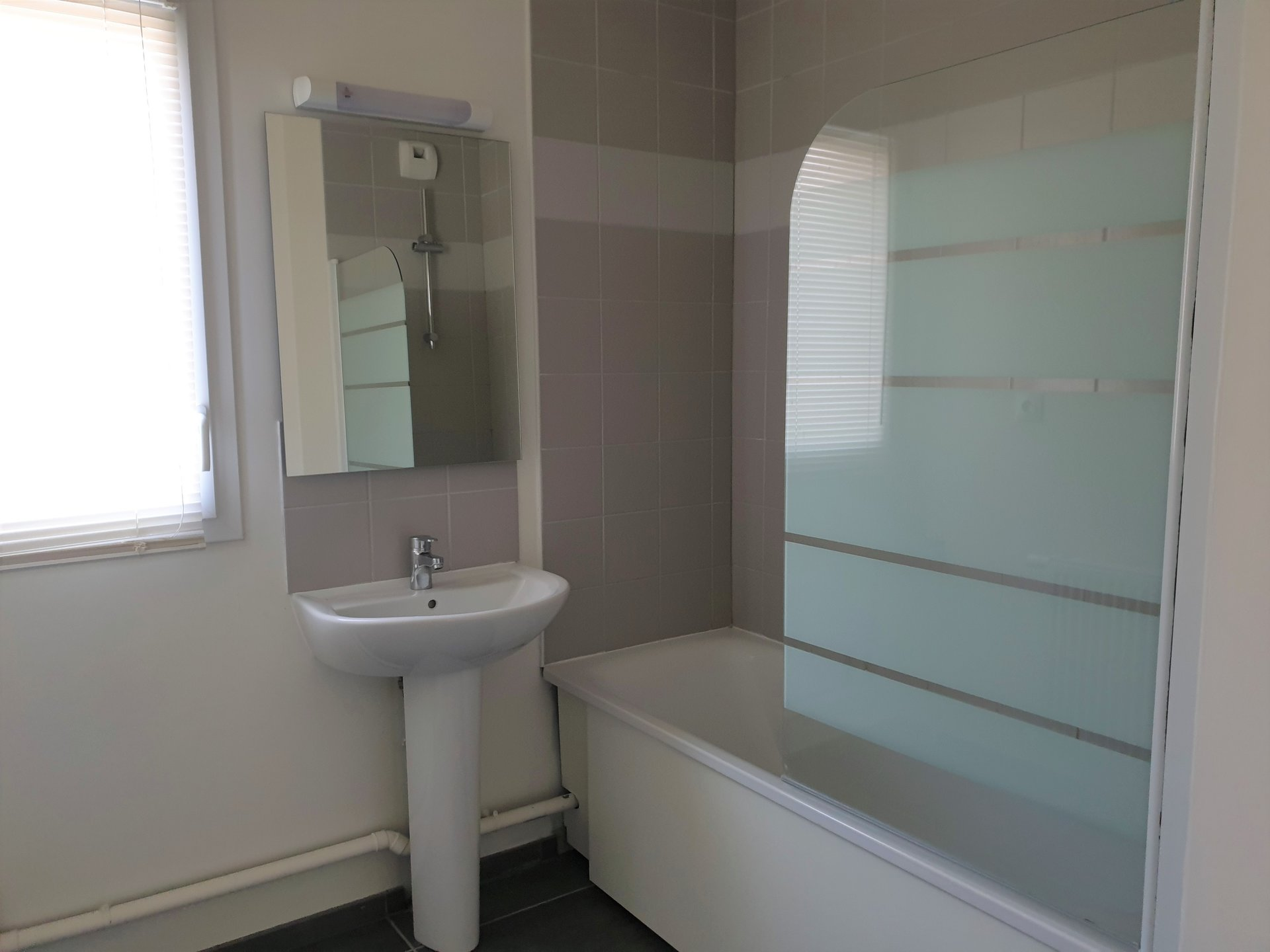 PROXIMITE GRAND-COURONNE-T3 DANS RESIDENCE SECURISEE -