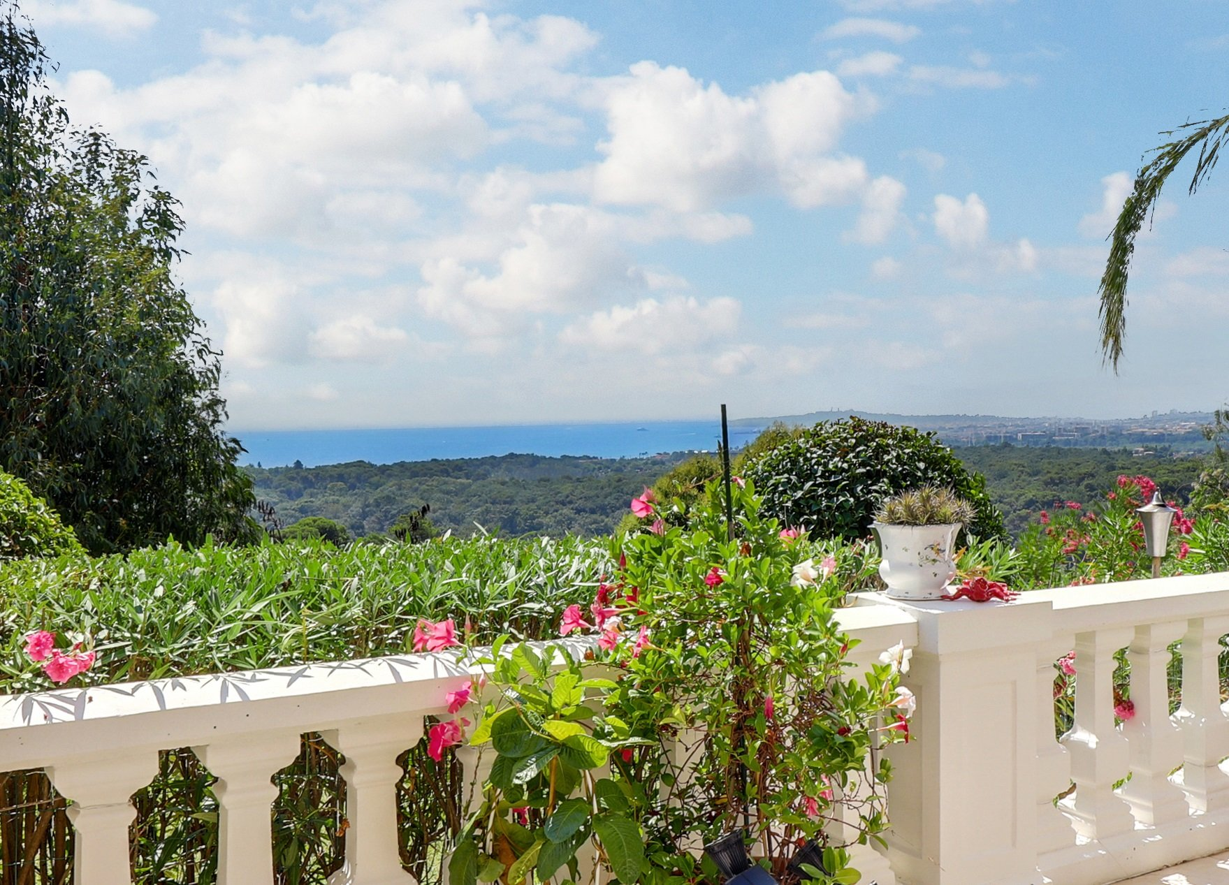 LES HAUTS DE VAUGRENIER  - LARGE DUPLEX APARTMENT WITH SEAVIEW IN SOUGHT AFTER DOMAIN