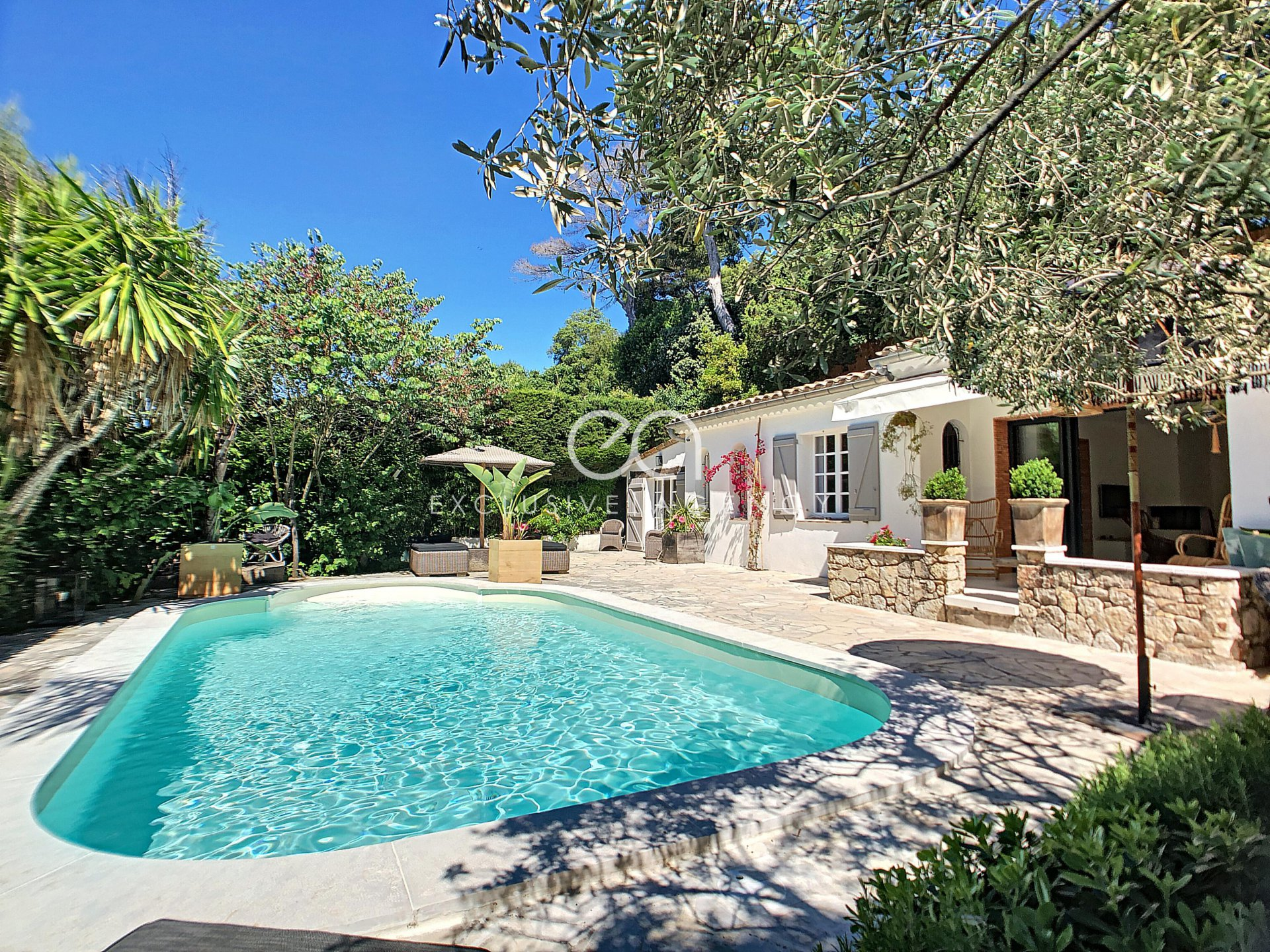 SHORT RENTAL VILLA Cannes 150sqm for 3 to 6 people with pool and garden