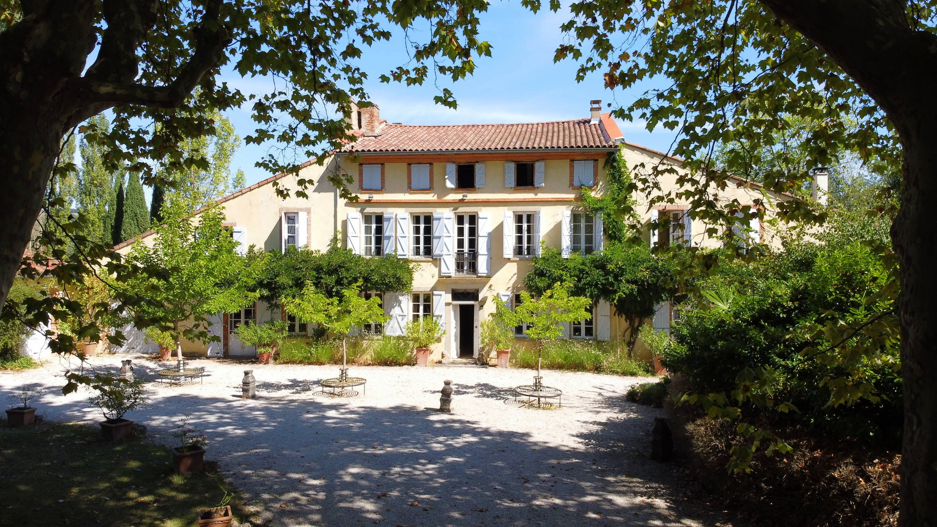 Elegant traditional Maison de Maitre in peaceful surroundings