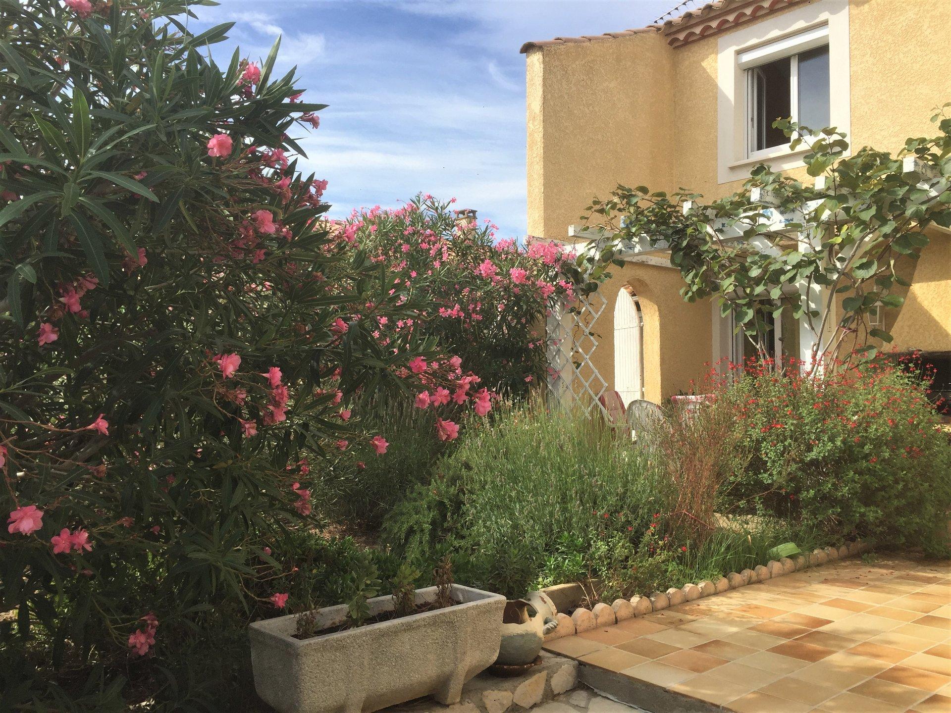 Villa traditionnelle avec jardin arboré
