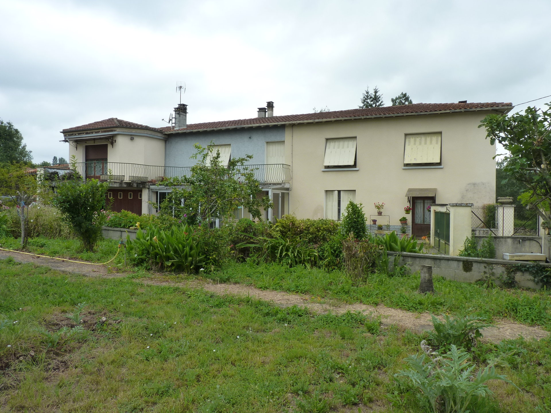 2 Bedroom House with Separate Apartment on 1900m² of constructible land