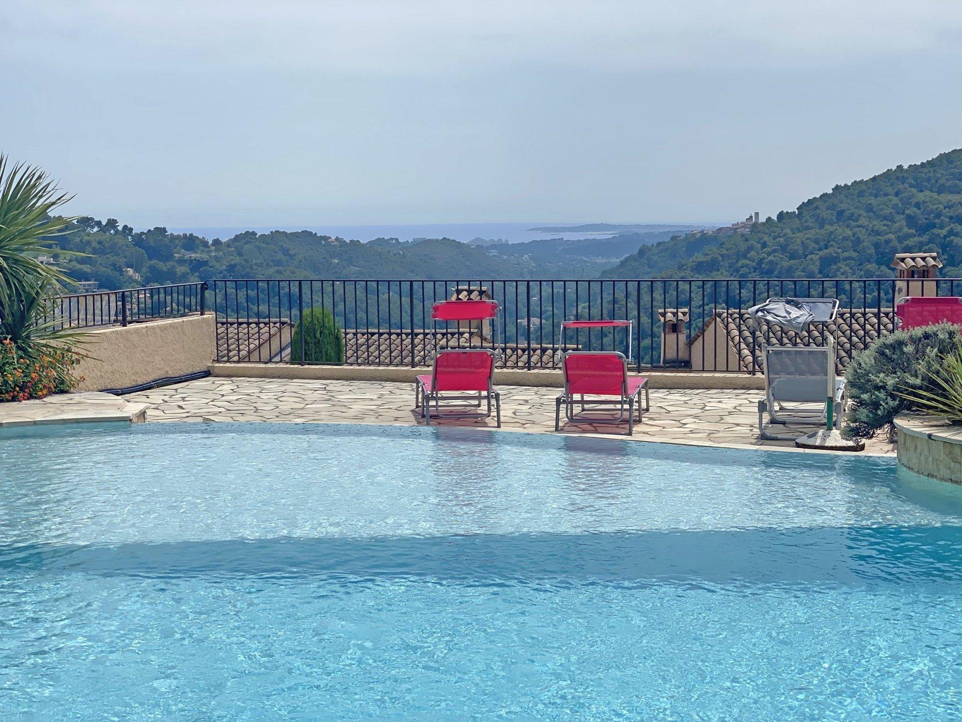 VENCE - Nyoppusset leilighet med terrasser, utsikt og pool i lukket residens. Gangavstand til Vence.
