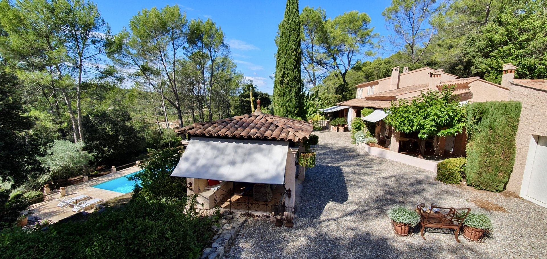 Mooi Provençaals huis met prachtig aangelegde tuin. 4 slaapkamers en zwembad.
