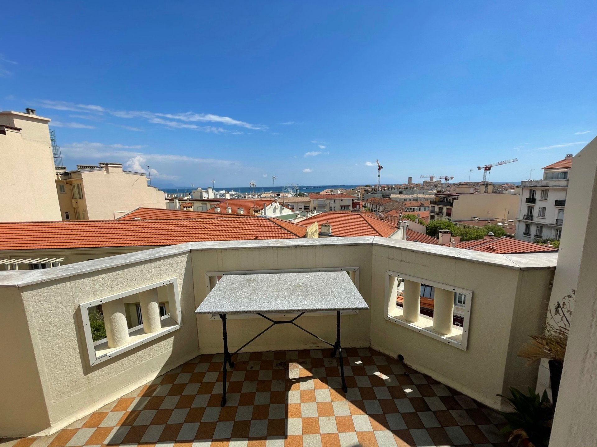 Top floor 2 bedroom apartment in the heart of Antibes with terrace and beautiful view