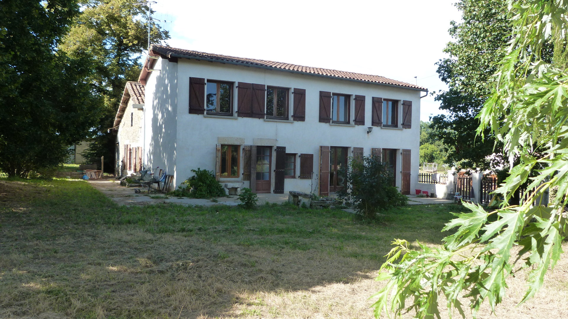 Farmhouse with 37,000 m² of adjoining land