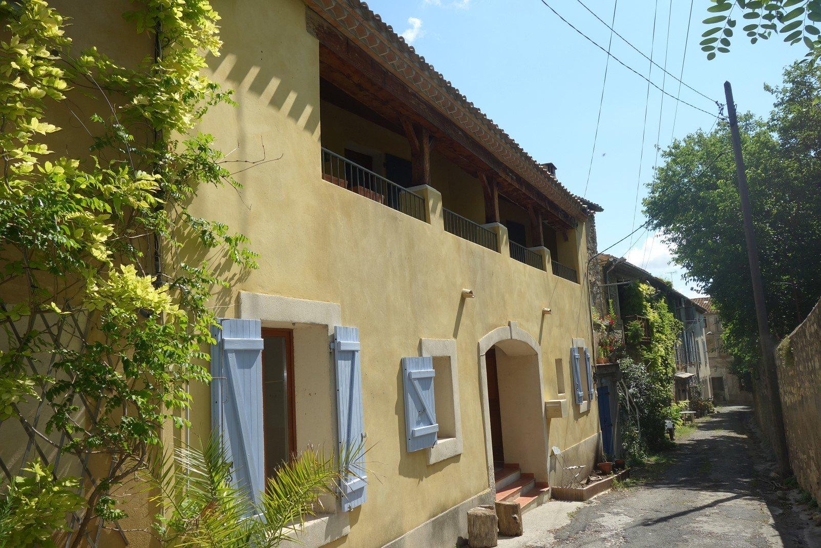Maison avec balcon et Patio