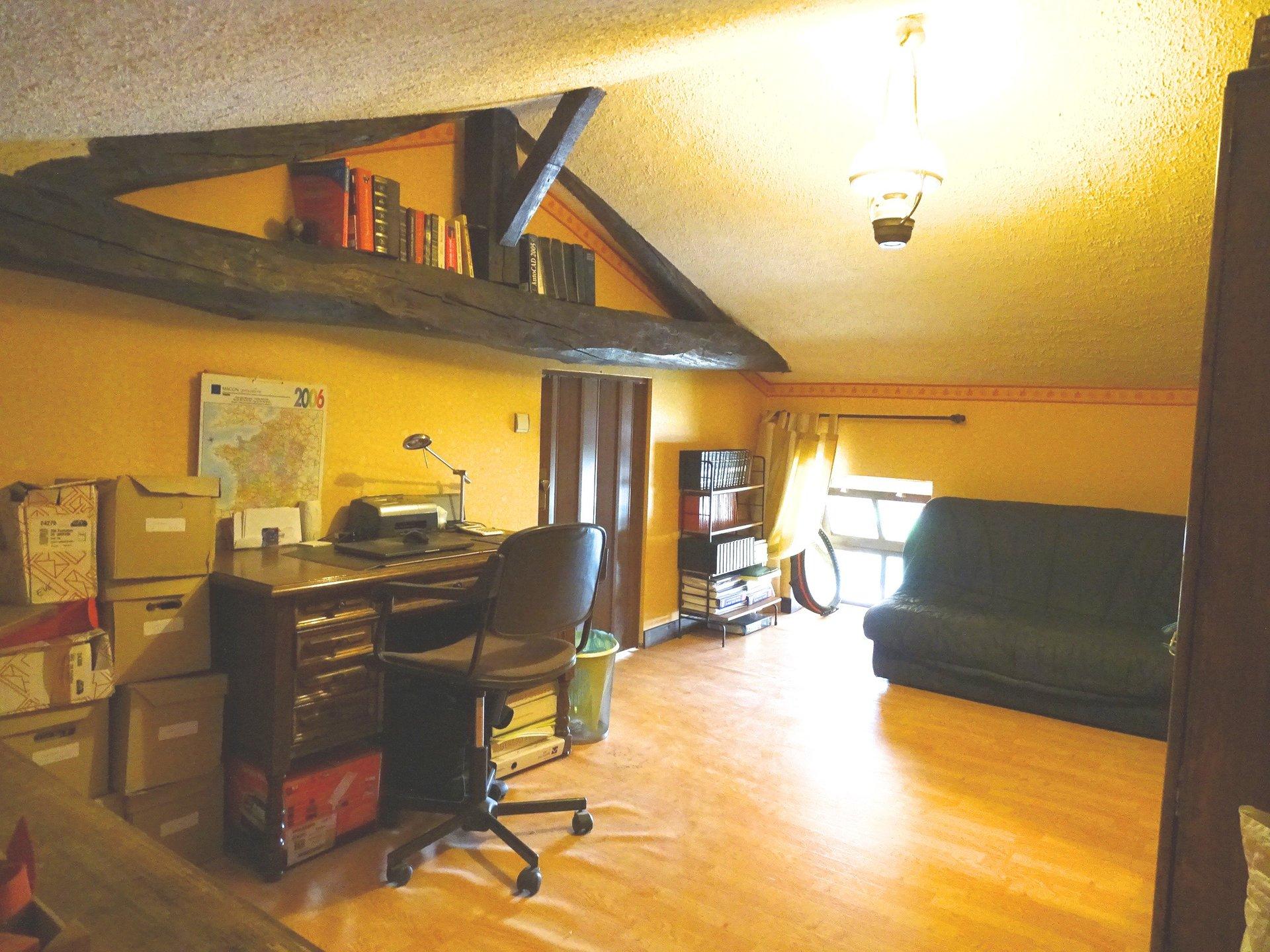 Venez découvrir cette belle maison en pierre à rafraîchir, d?une surface de 120 m2 habitable (138 m2 au sol) sur un terrain d?environ 770 m2. Elle se compose d?une belle pièce de vie donnant accès sur sa terrasse ou vous pourrez profiter de bon moment en famille ou entre amis. D?une grande cuisine avec espace repas, de deux chambres, d?une salle de bain et toilette indépendant. L?étage se compose d?une grande chambre, et d?un bureau.  Cette maison sur sous-sol dispose de nombreux espaces de stockage, et de caves.   Vous appréciez le charme de l?ancien à aménager selon vos goûts.   À découvrir sans tarder.   Honoraires à la charge du vendeur.