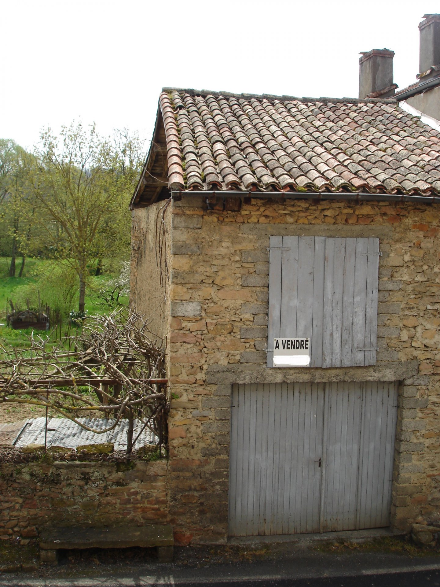 Near Aurignac, pretty village house with detached barn and pleasant garden of 300 m²in terrace