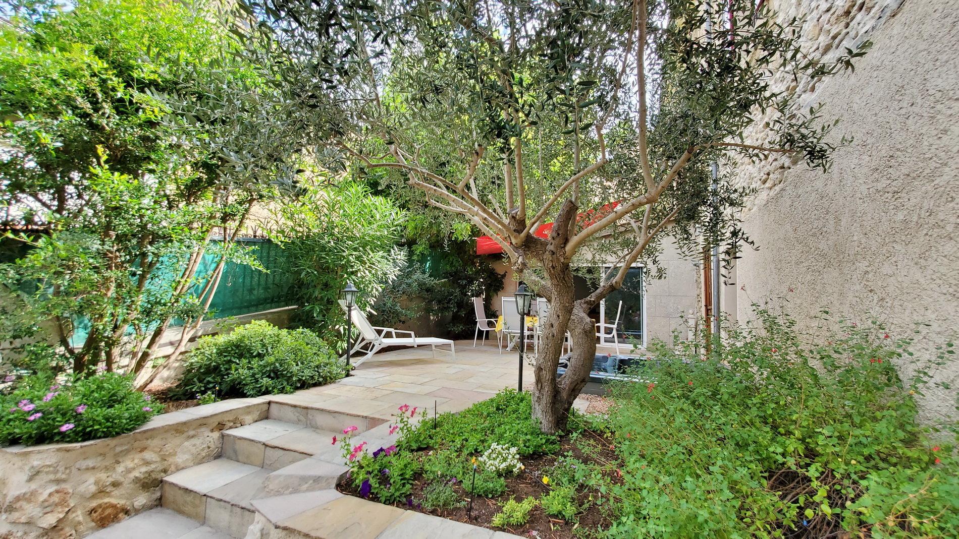 Vackert stenhus med garage och liten trädgård