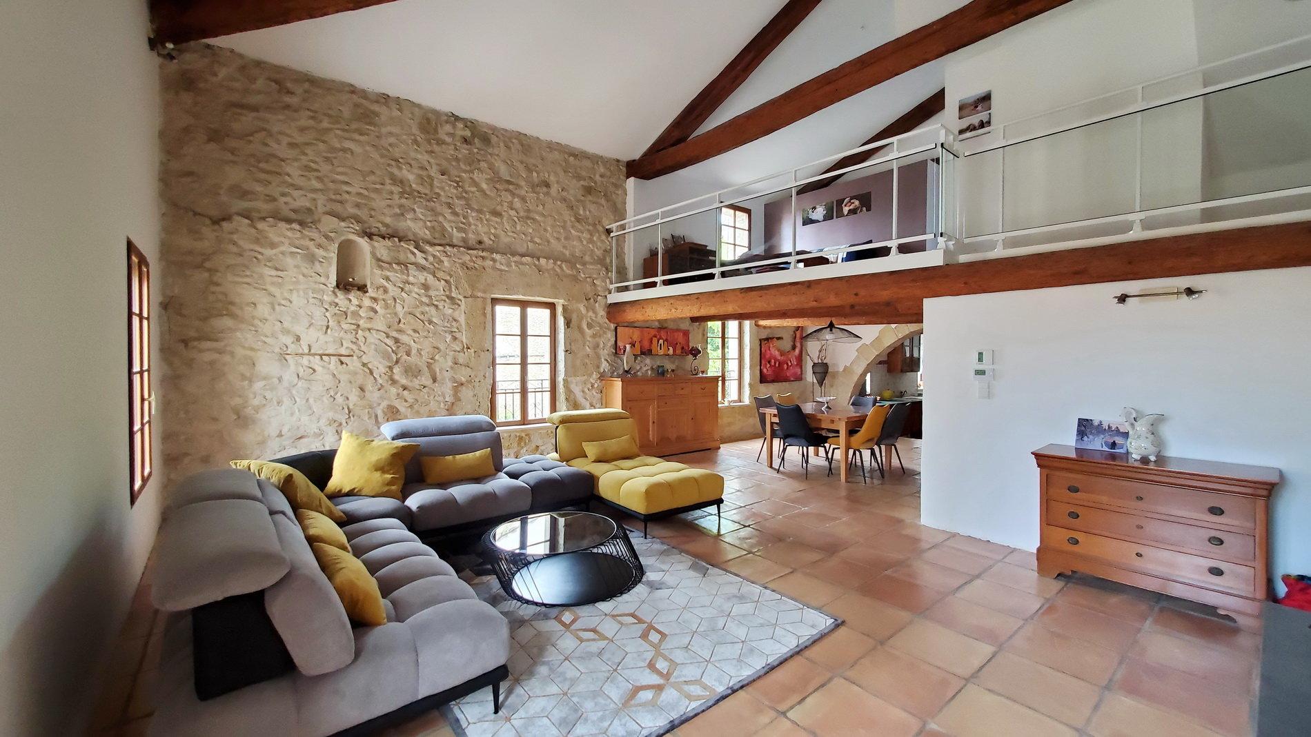 Magnifique maison en pierre avec garage et jardinet
