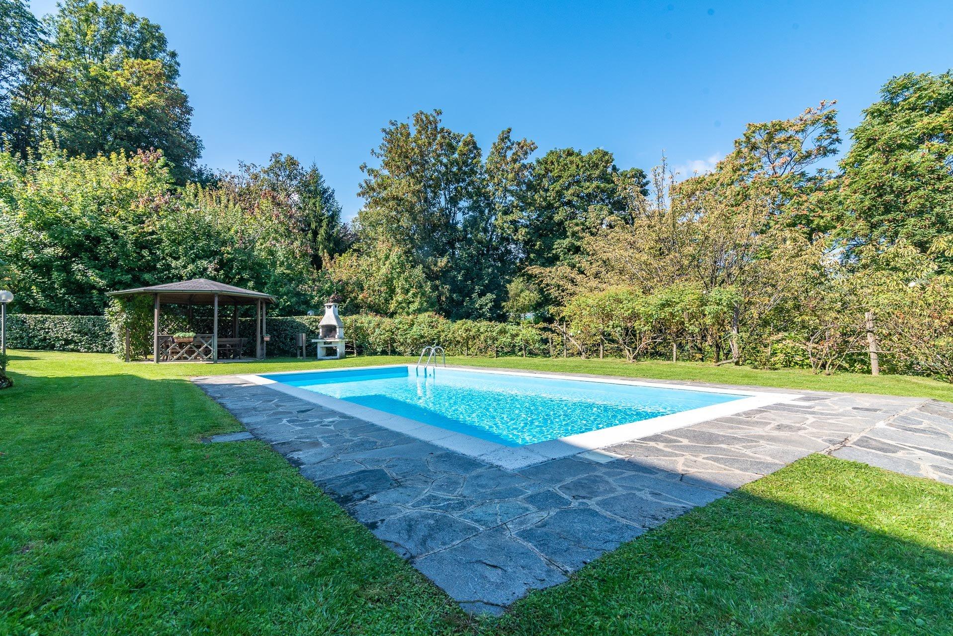 Verkauf einer Doppelhaushälfte in Stresa mit Swimmingpool