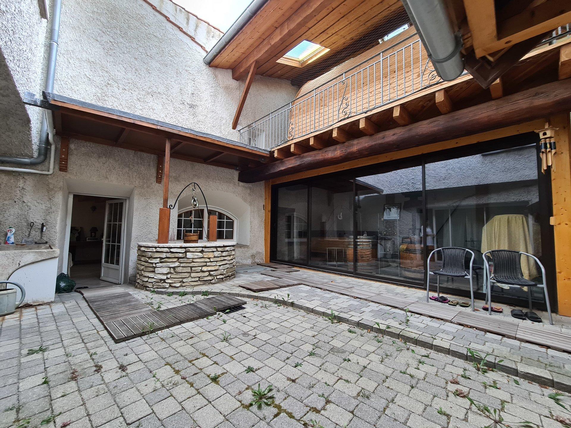 AMPUIS, Maison de caractère T10 de 230m² avec piscine.