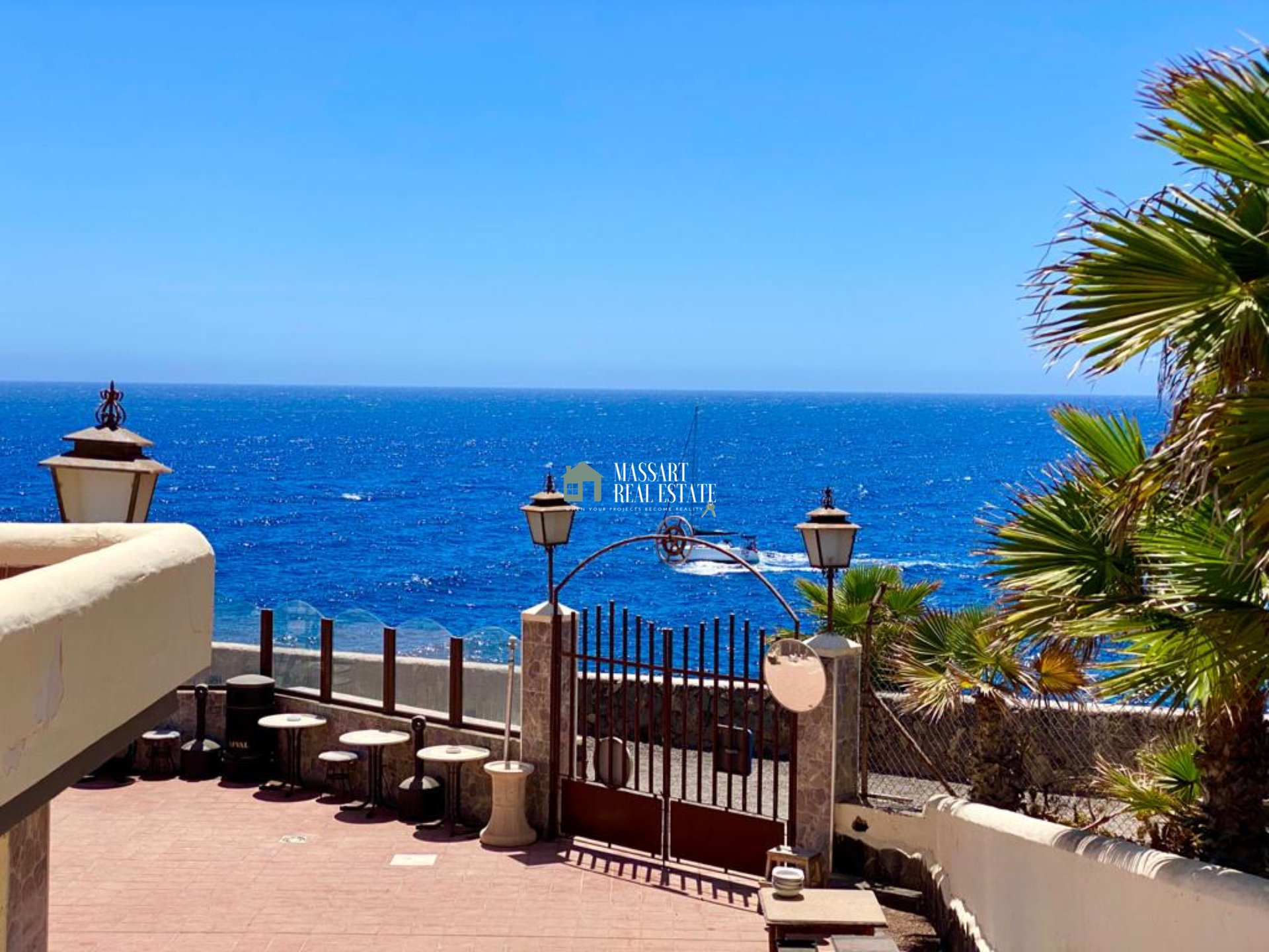 IN FRONT OF THE SEA! - Apartment for sale in the residential complex Balcón del Mar (Costa del Silencio) characterized by offering dreamy sea views.