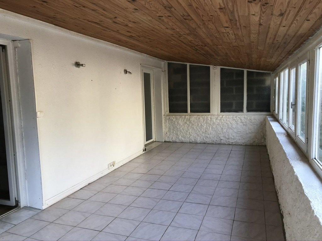 Maison de type 5 avec un grand garage.