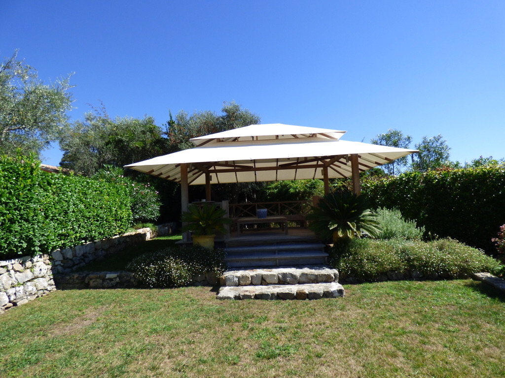 Beautiful villa with panoramic view over the old village of Mougins & the bay of Cannes