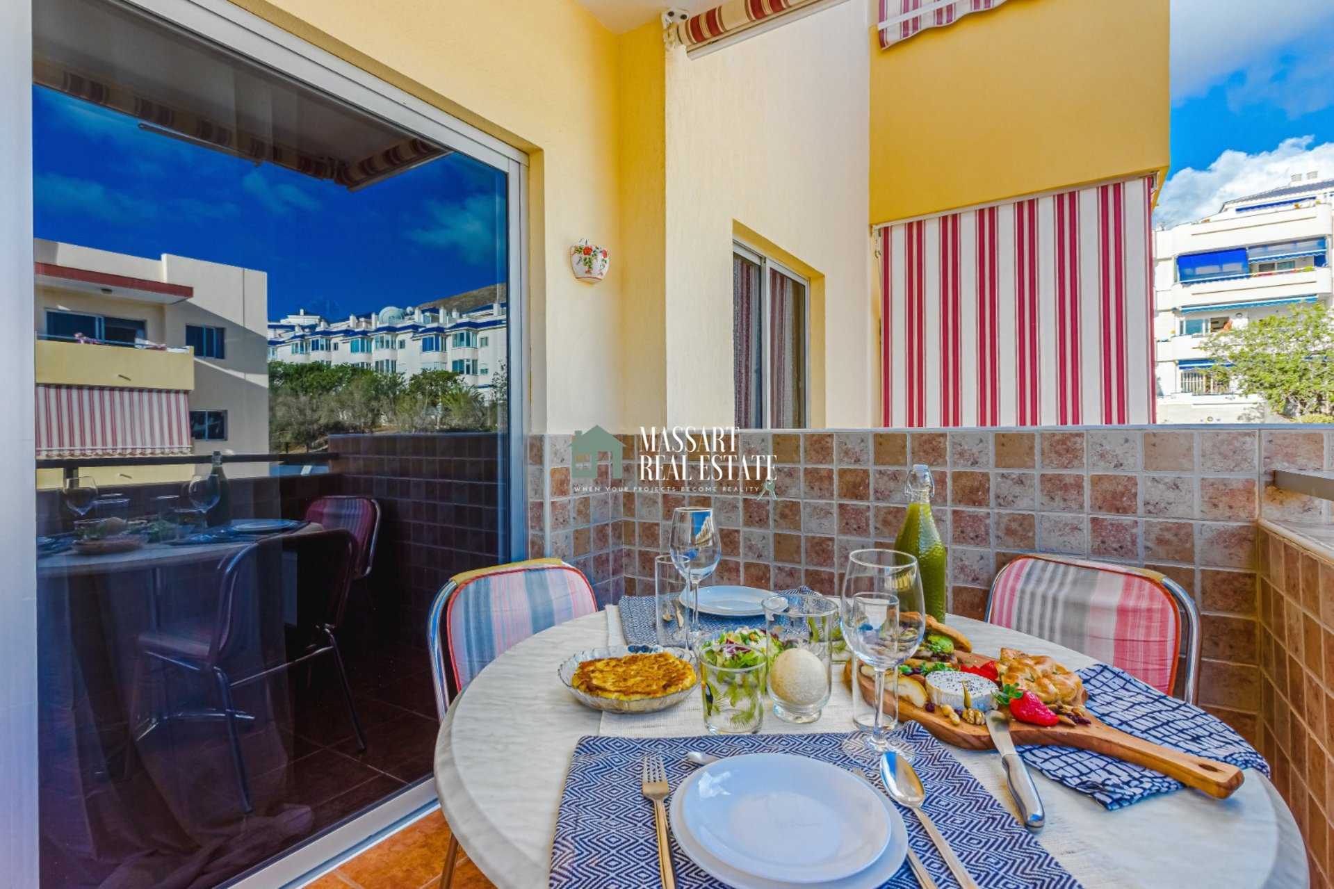 Recently renovated apartment, furnished and characterized by its strategic location in Los Cristianos, in the residential complex Los Angeles.