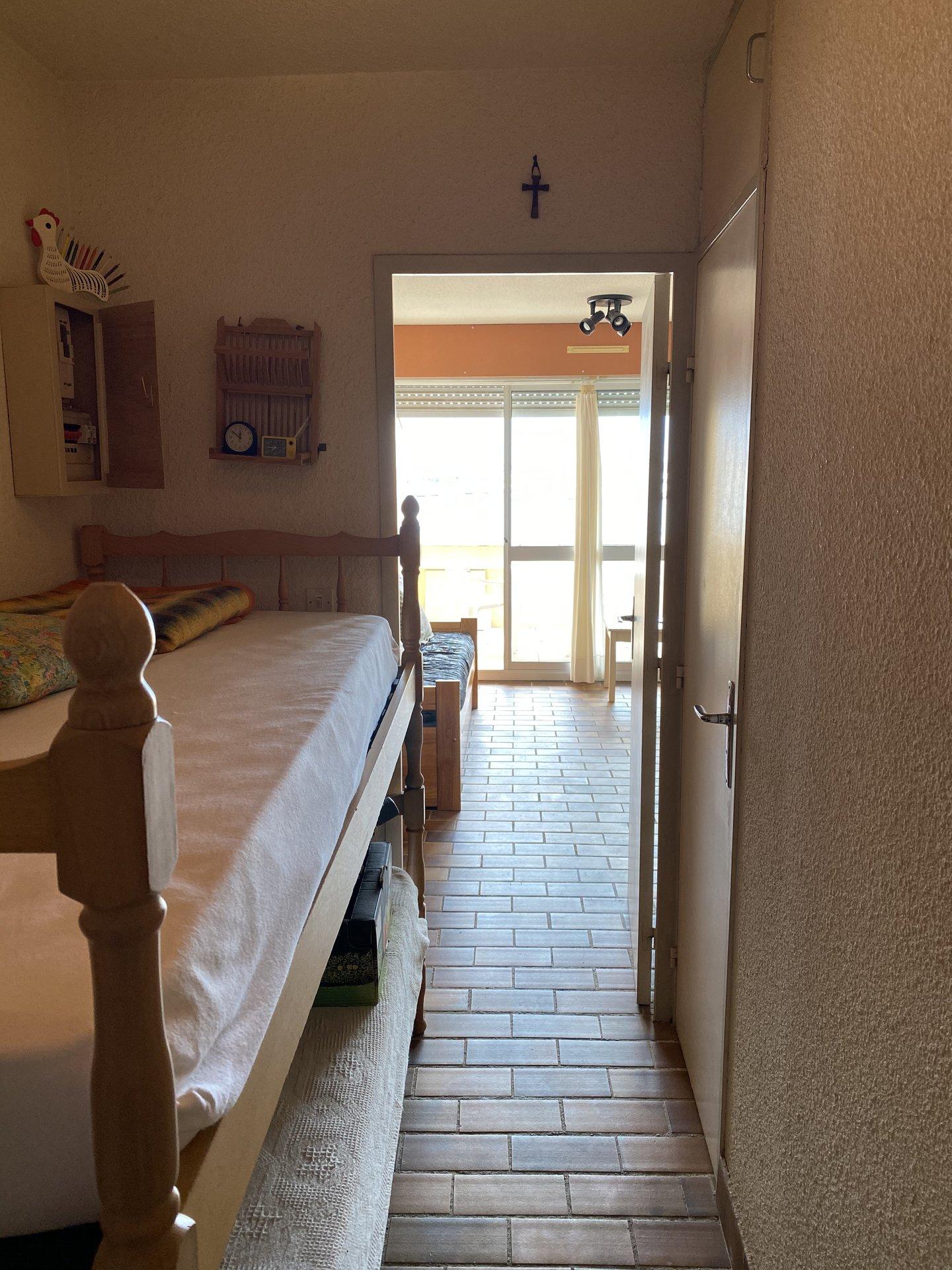 Studio cabine avec place de parking, terrasse belle vue port