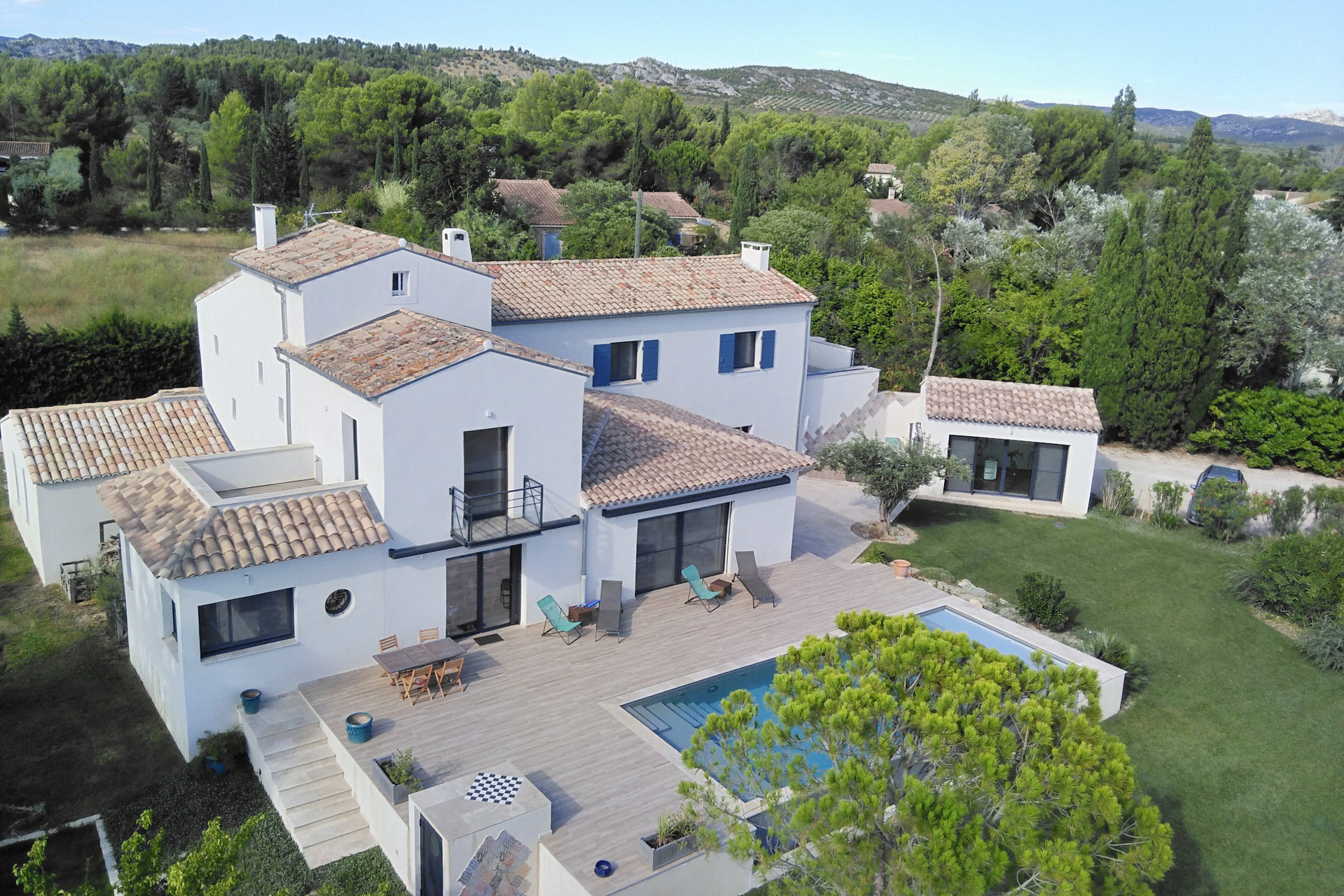 Au coeur d'un des plus beau village des Alpilles, charmante VILLA contemporaine totalisant 400 m² construits.