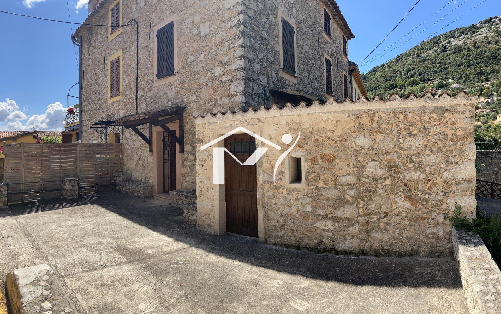 Maison de village, terrasse, dépendance, cave et stationnement.