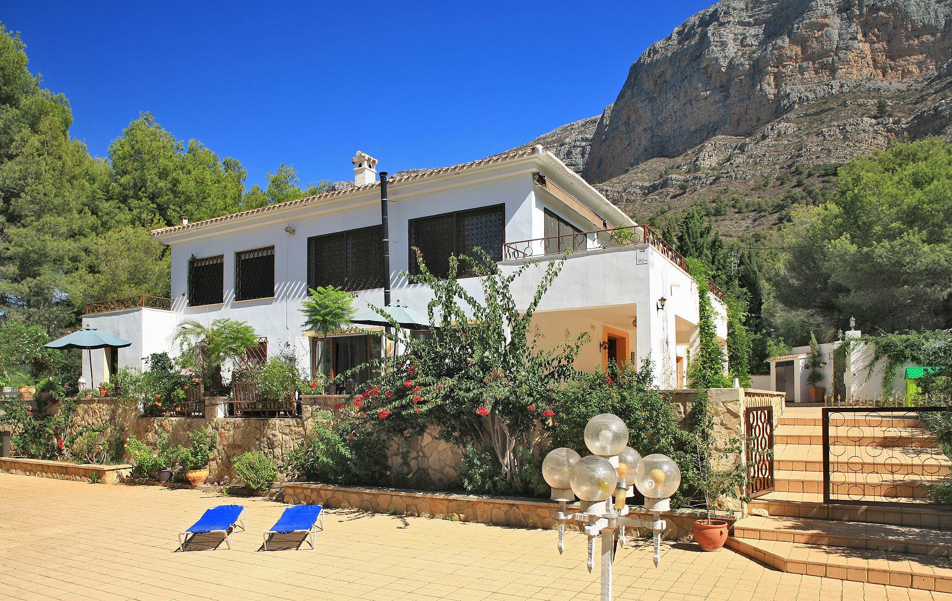 Villa élégante massive avec beau jardin