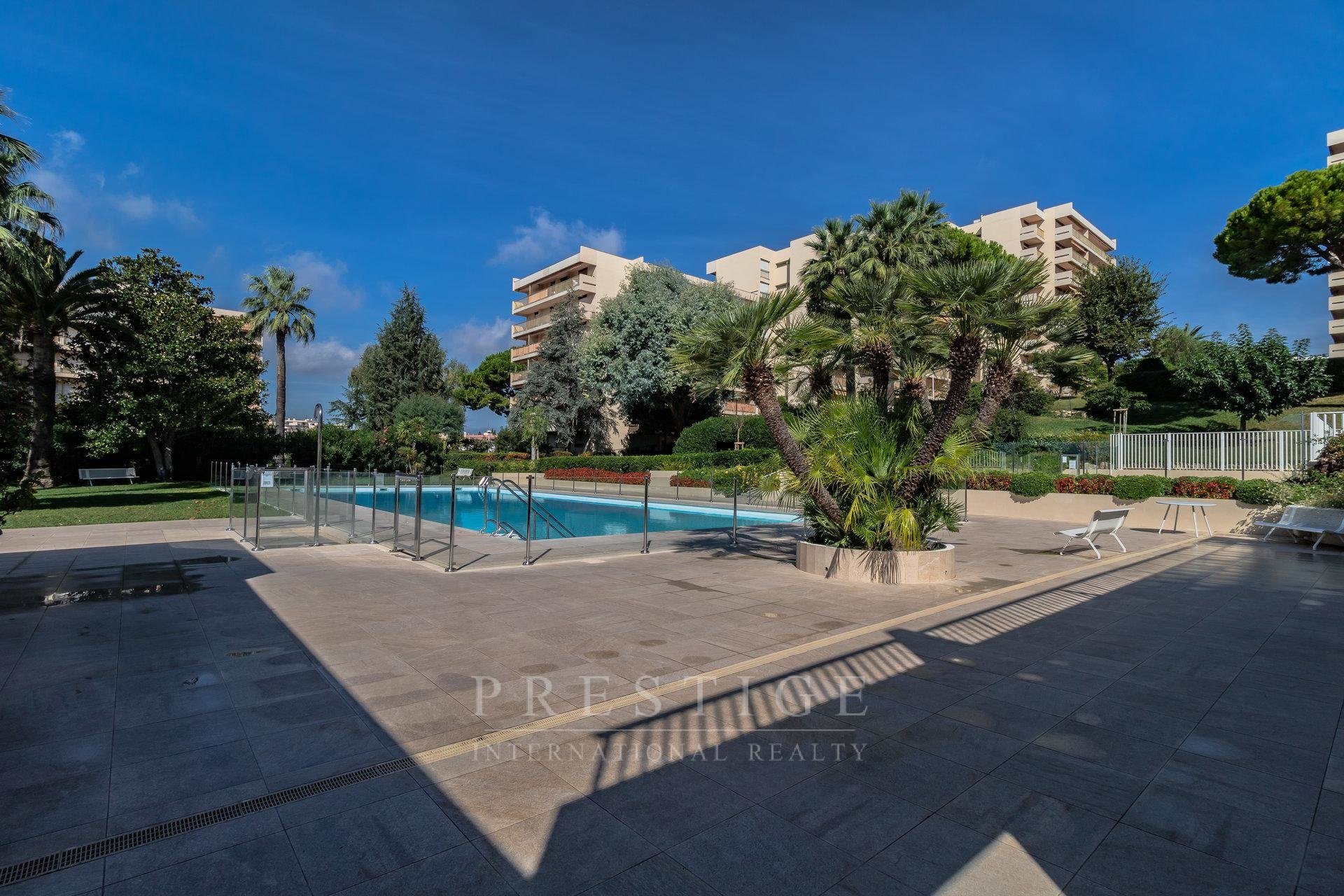 Juan les pins, 1 bedroom flat with  cellar & pool