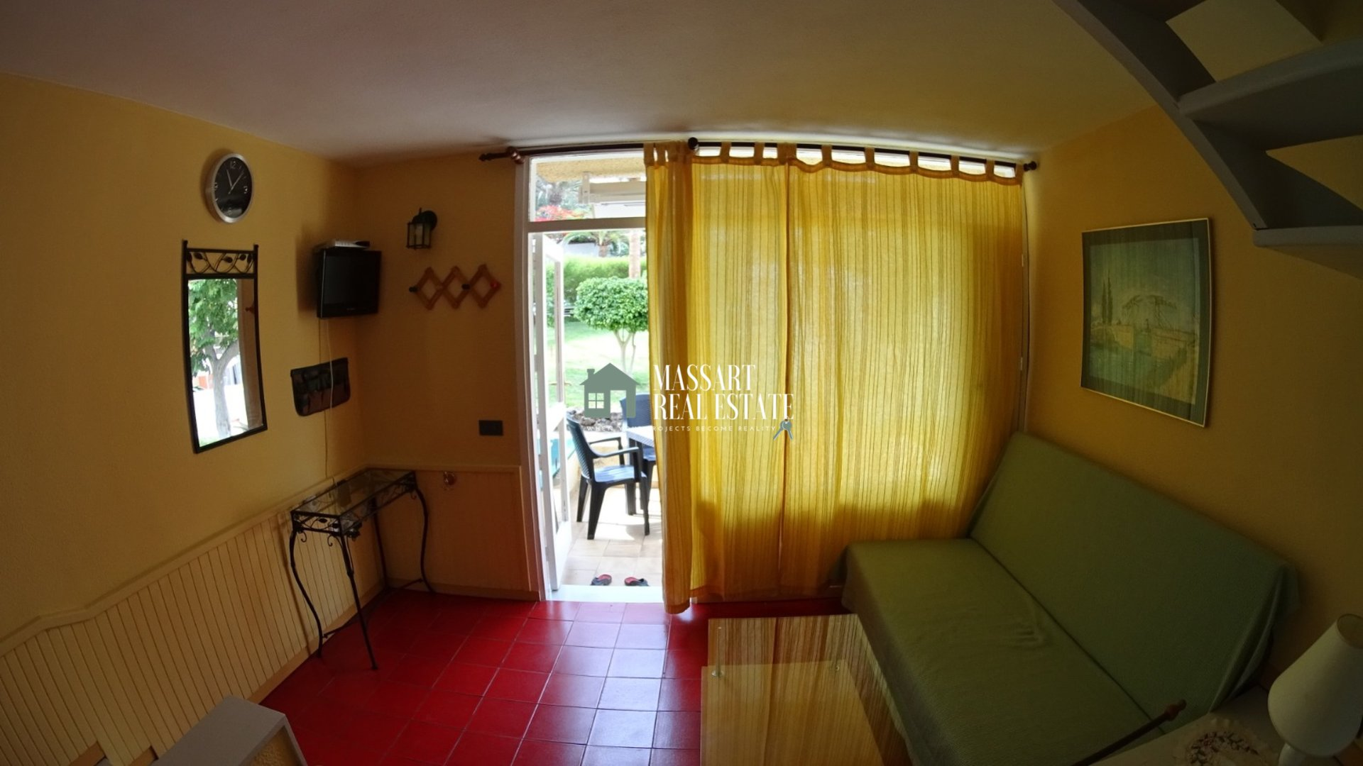 For rent in the center of Las Américas, in the residential complex El Cortijo, a bungalow characterized by its cozy style and for being distributed over two floors.