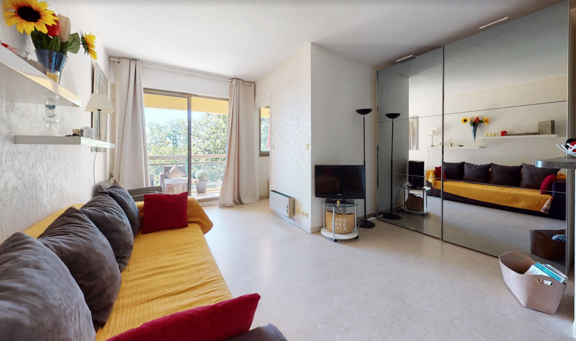 Cannes Near Downtown 1-BR apartment Terrace and glimpse sea view