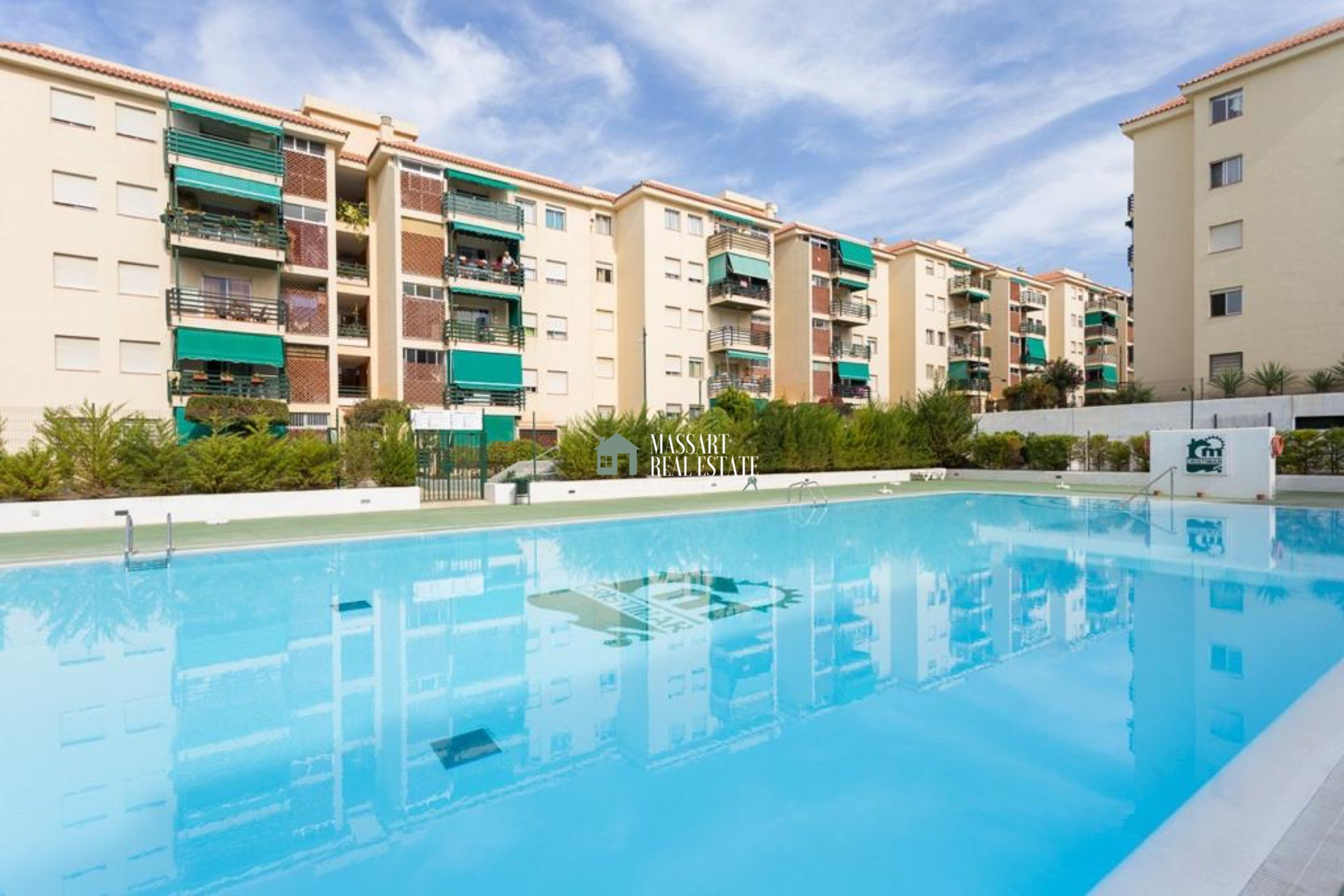 We present you today this wonderful apartment for SALE in the center of Los Cristianos, in the residential complex Cristimar. Very close to the beach!