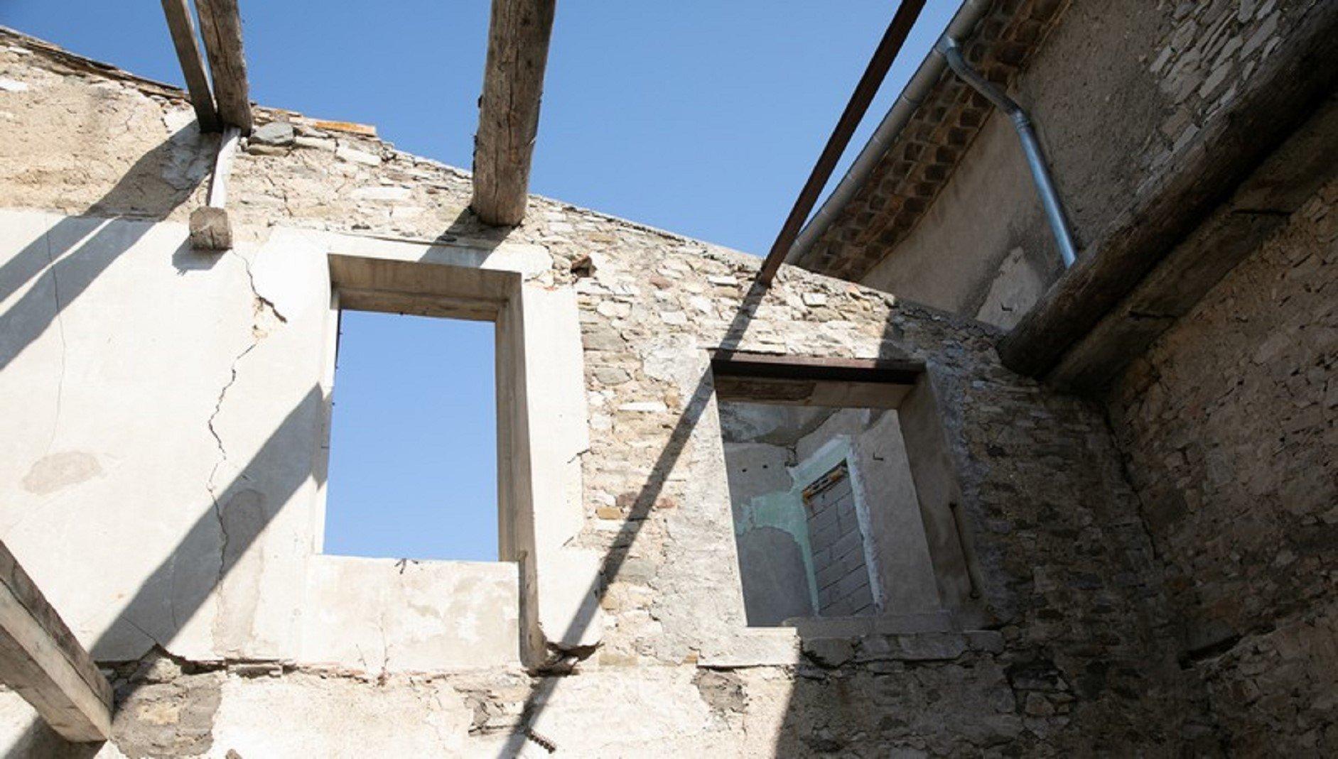 Helrenoverat herrskapshus med innergård