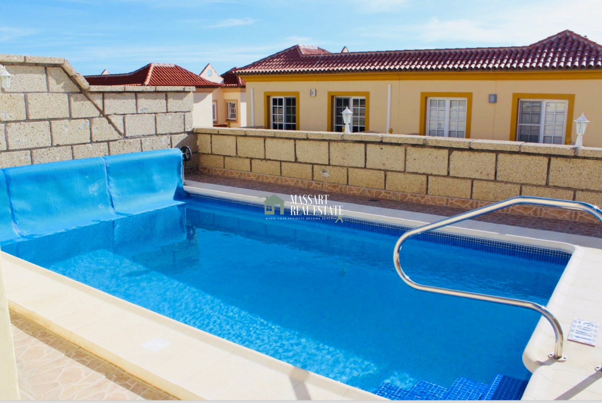 Exclusieve halfvrijstaande woning van 300 m2 gelegen in de prestigieuze wijk El Madroñal (Costa Adeje).