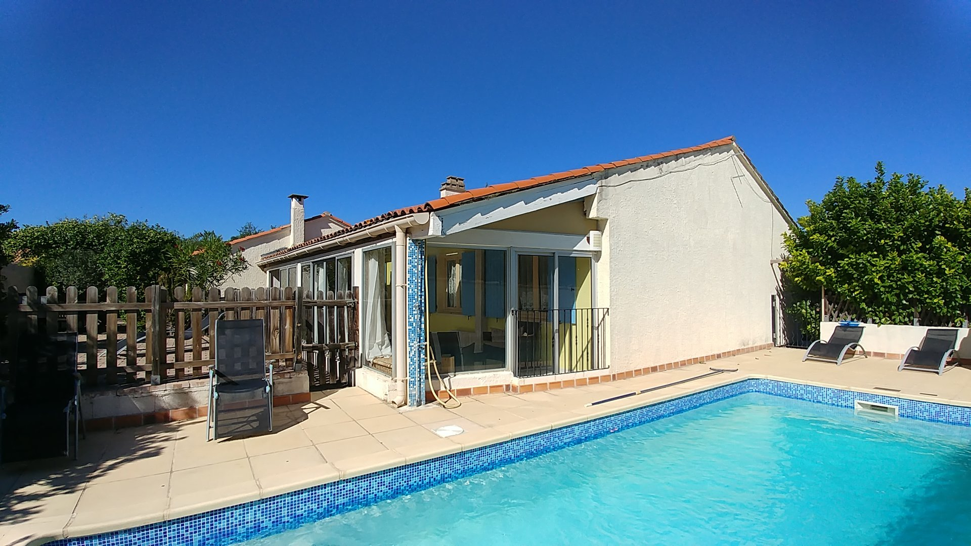 5 bedroom villa with private pool and garden, 2 mins walk to restaurants