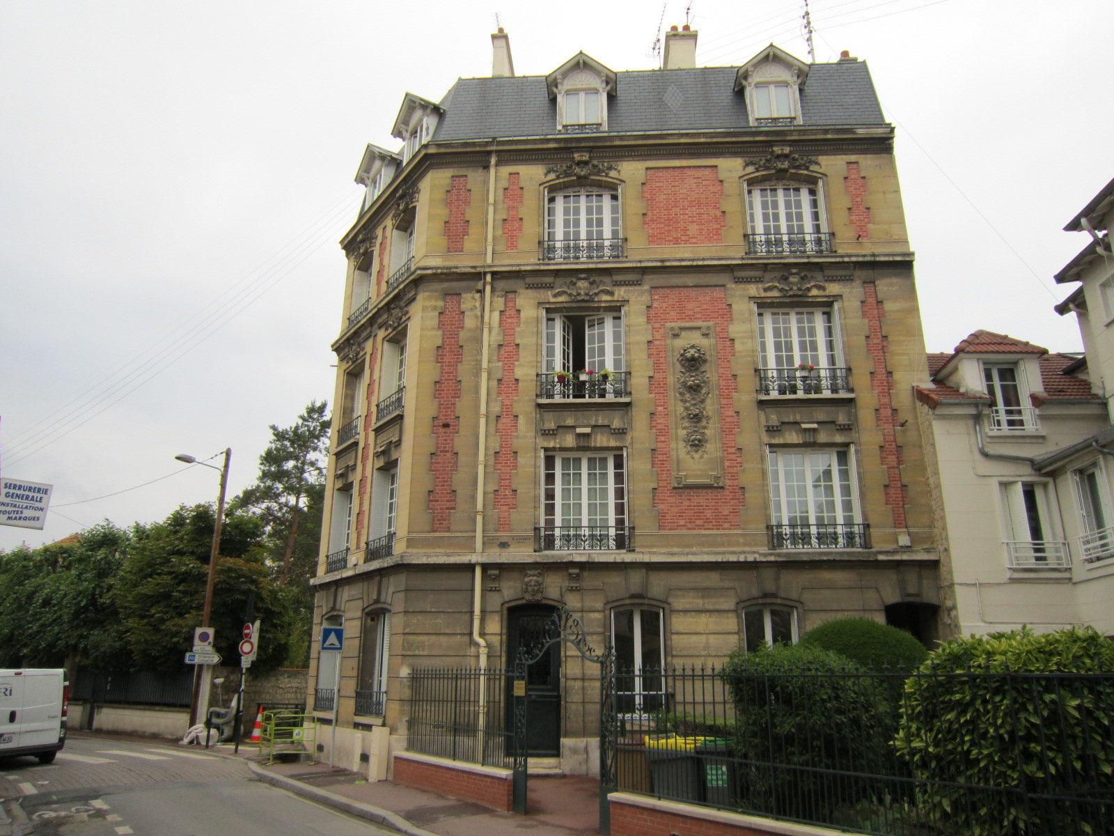 A deux pas du RER et de la Place Maurice Berteaux.