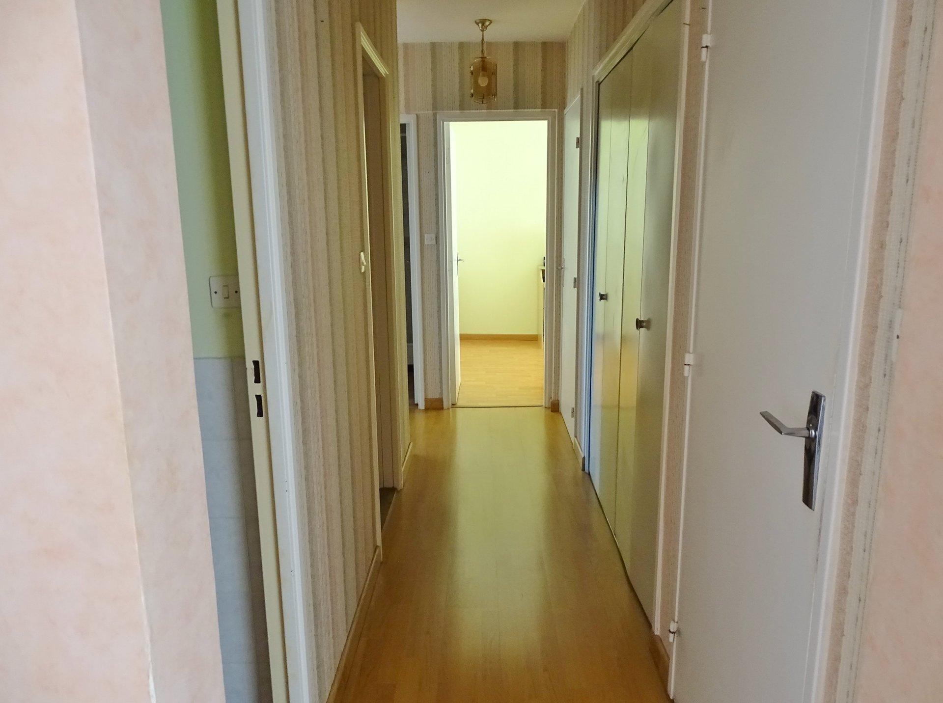 Dans une résidence bien entretenue, cet appartement de près de 97 m² est traversant EST/OUEST. Il offre un séjour très lumineux donnant sur un balcon. La cuisine reste équipée et offre une vue agréable. L'espace nuit se compose de 3 chambres, de 2 salles de douches et de très nombreux rangements. Vendu avec garage et cave. Bien soumis au régime de la copropriété. Charges de 803 ? environ par trimestre incluant le chauffage urbain. Honoraires à la charge du vendeur.