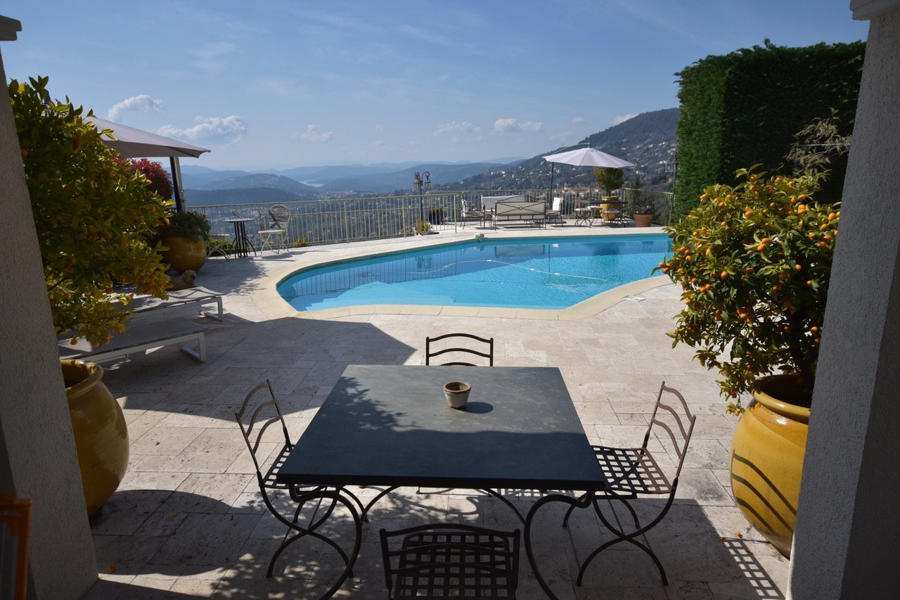 Splendid property 415 m2 and annexes, panoramic views to the sea and the lake