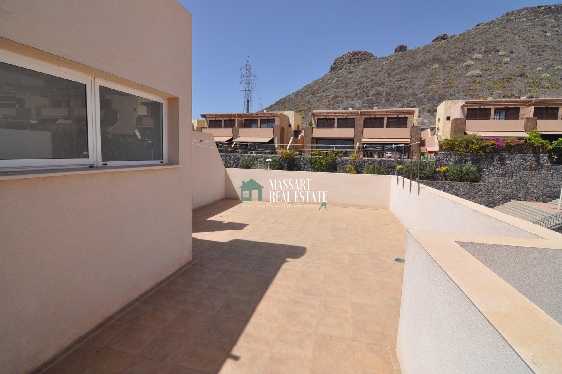 Adosado parcialmente amueblado ubicado en una parcela de 250 m2 en Fañabé Pueblo, en el complejo residencial Alondras IV.