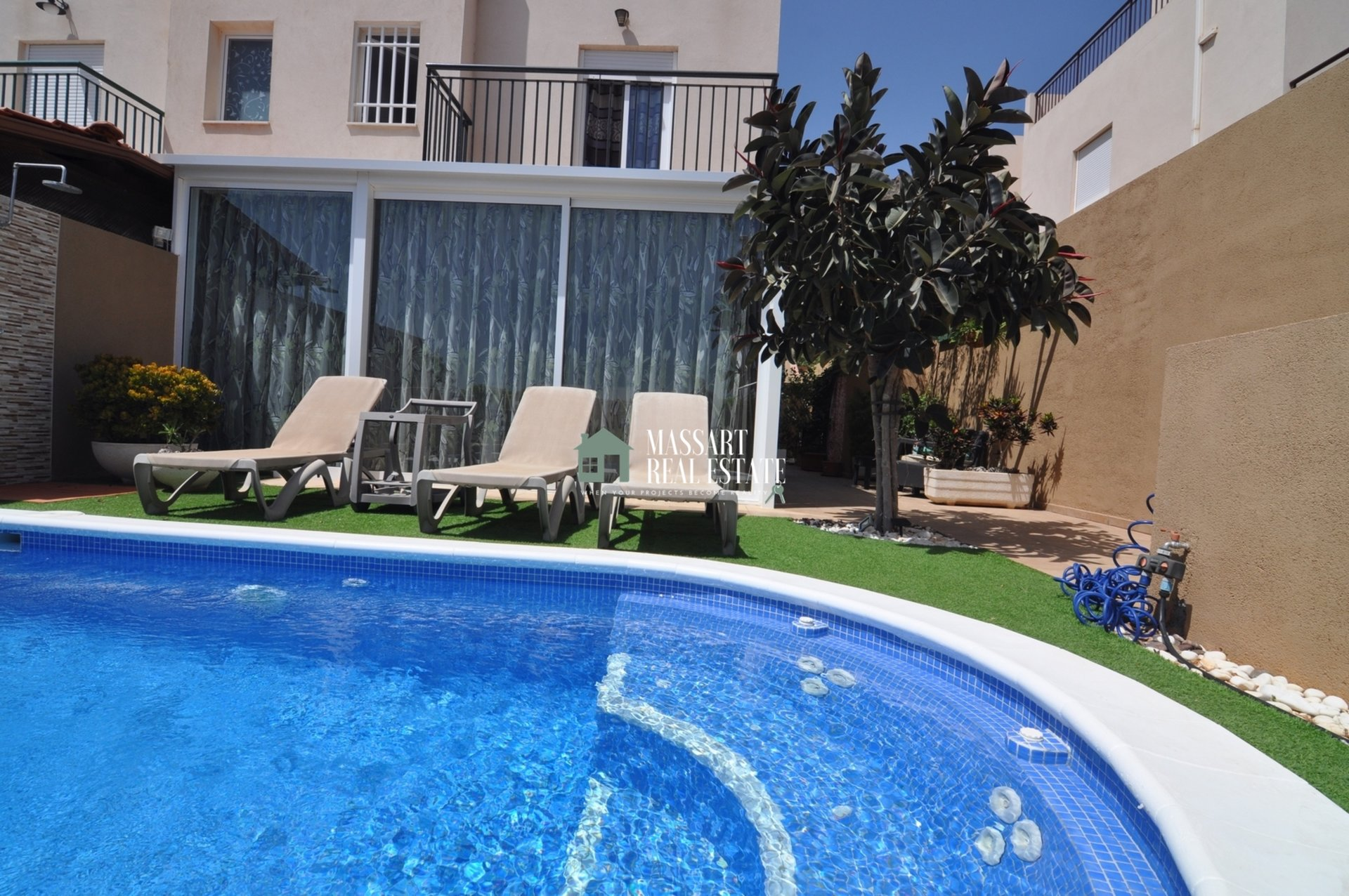 Partially furnished townhouse located on a 250 m2 plot in Fañabé Pueblo, in the residential complex Alondras IV.