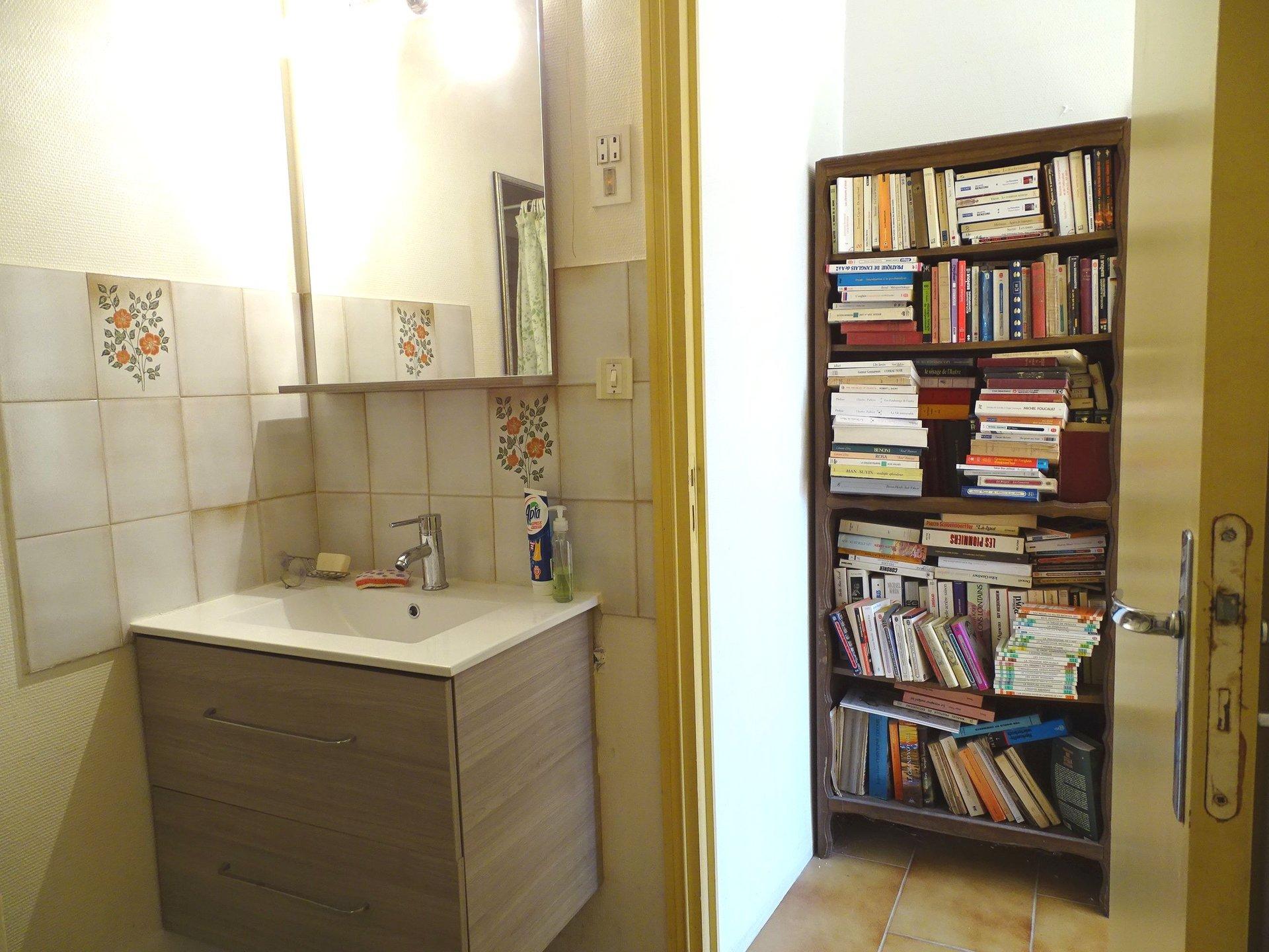 A deux pas du centre de Flacé, des commerces et des commodités, découvrez cette lumineuse et spacieuse maison offrant une surface de 160 m² environ. Elle dispose à l'étage d'une vaste pièce de vie avec sa cheminée, d'une récente cuisine équipée ouverte sur la véranda, de trois chambres, d'une salle de bains et d'un toilette. Un studio se trouvant au rez-de-chaussée de l'habitation complète ce bien (une chambre, cuisine, et salle d'eau avec toilette), ainsi que des dépendances (grand garage de 36 m², cave et un bureau). Maison avec beaucoup de potentiel et de belles prestations: VMC double flux 2019, volets roulants électriques, climatisation réversible, double vitrage PVC et aluminium récent, radiateurs de 2017, isolation des greniers... Le tout est implanté sur un terrain clos et arboré de 600 m². Honoraires à la charge du vendeur.
